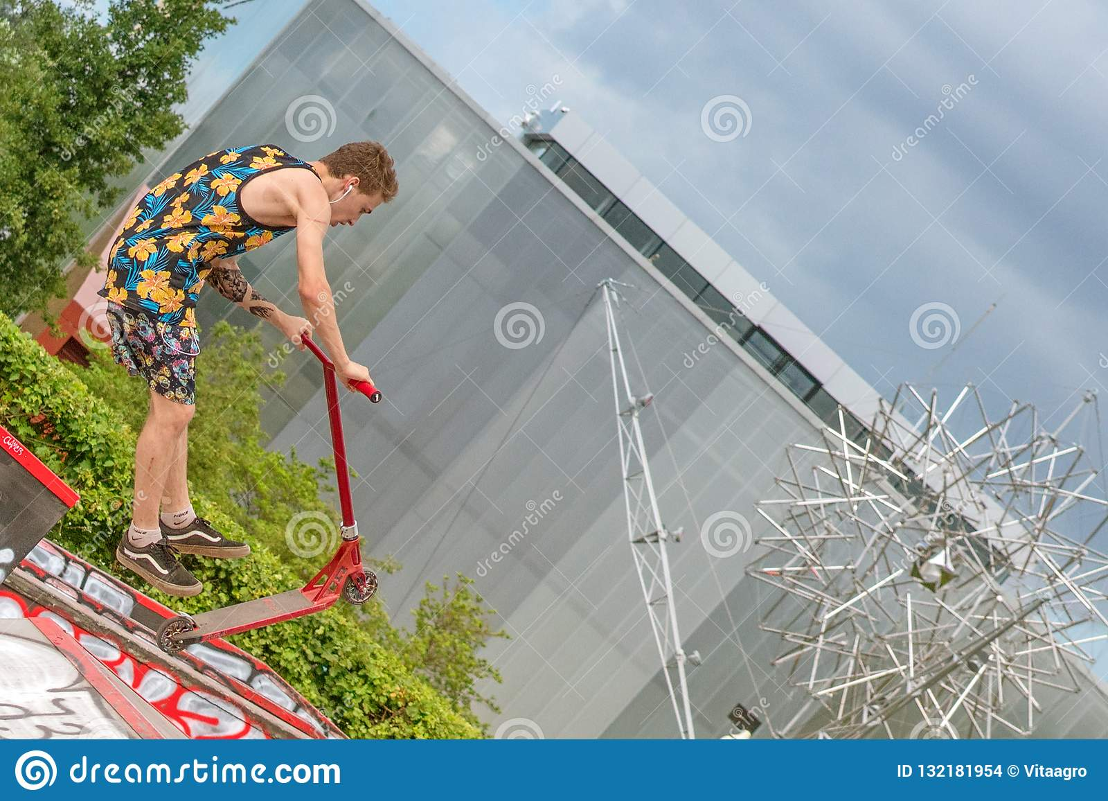 Moscú, Rusia - 21 de junio de 2018: Hombre joven con un salto de la vespa