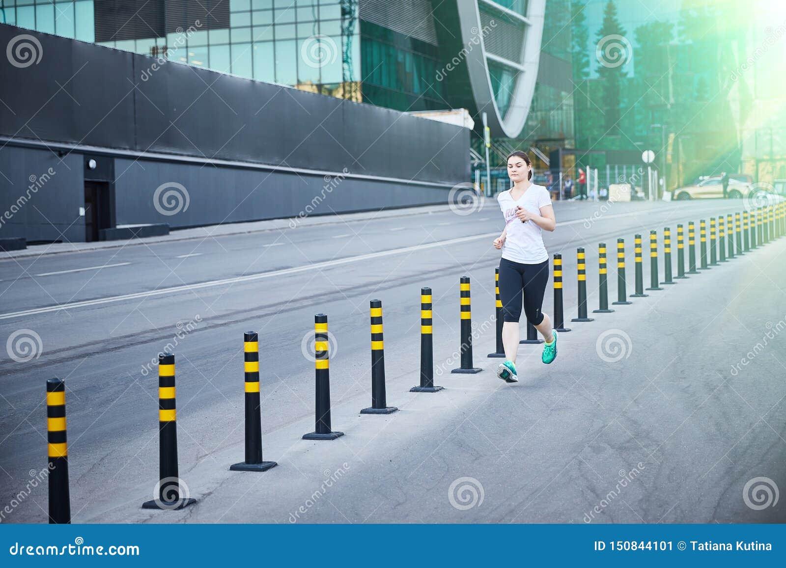 Moscú, Rusia - 11 de junio de 2019 la muchacha está corriendo abajo de la calle