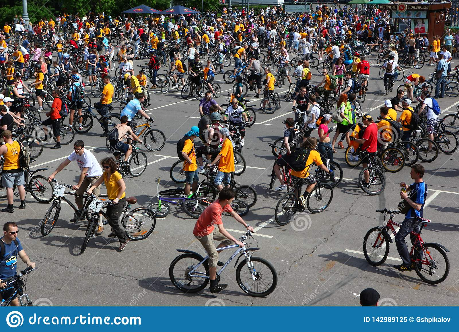 MOSCÚ, RUSIA - 20 de mayo de 2002: Desfile de ciclo de la ciudad tradicional, antes del comienzo