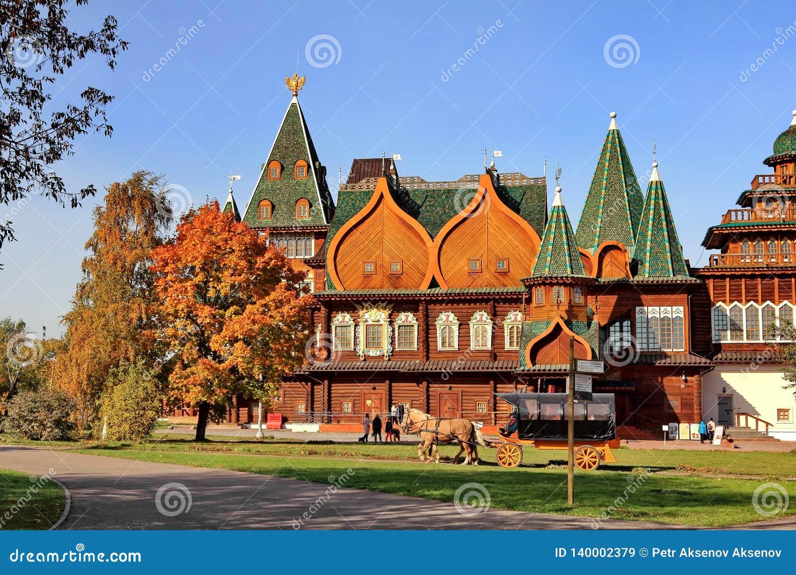 Moscú, Rusia - 9 de octubre de 2018: Palacio del zar Alexei Mikhailovich en los colores brillantes del otoño