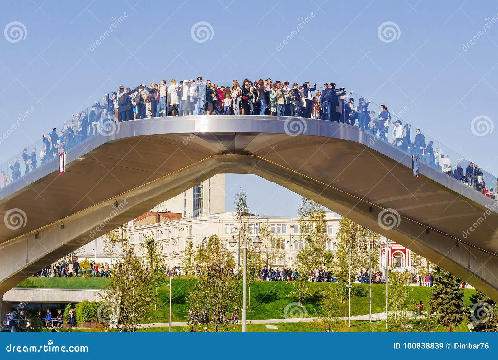 MOSCÚ, RUSIA 24 DE SEPTIEMBRE DE 2017: Parque de Zaryadye en Moscú, nueva