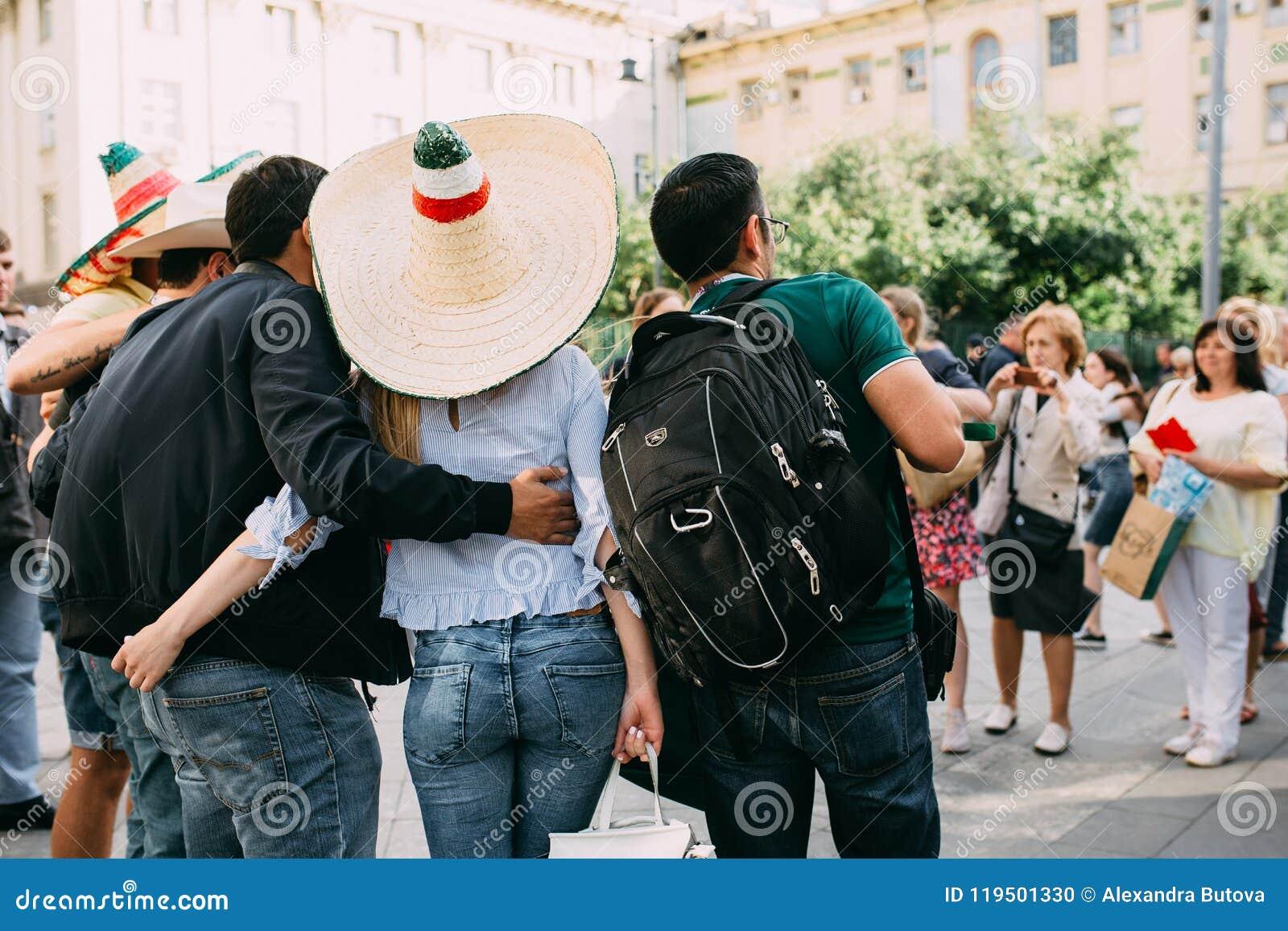 MOSCÚ, RUSIA - JUNIO DE 2018: Las fans de México se fotografían con las muchachas rusas con la bandera del país y en un sombrero