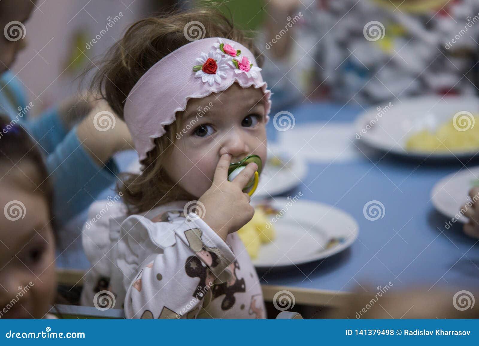 2019 01 22, Moscú, Rusia La niña cena