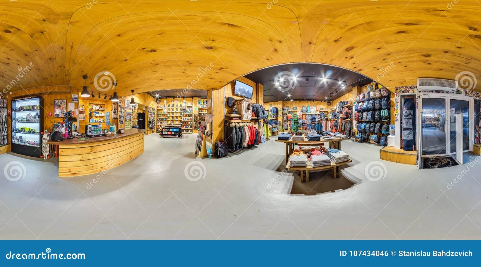 MOSCÚ RUSIA mercancías que se divierten de la tienda del 21 de diciembre de 2017 para los deportes activos y extremos Snowboard,