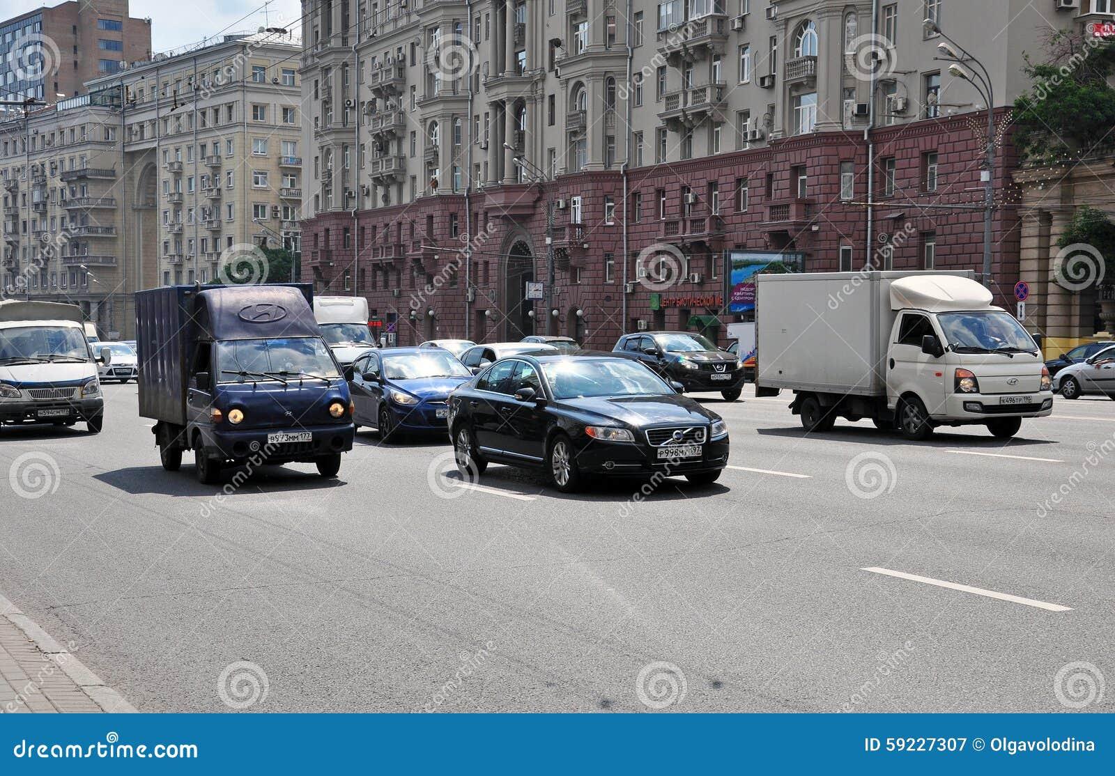 MOSCÚ, RUSIA - 15 06 2015 Tráfico en el anillo del jardín Koltso de Sadovoe - calle principal circular en Moscú central