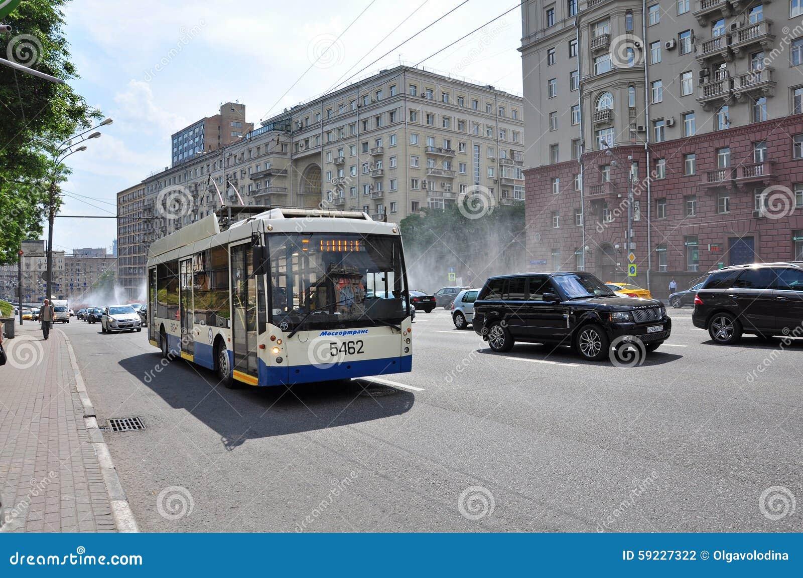 Download MOSCÚ, RUSIA - 15 06 2015 Tráfico En El Anillo Del Jardín Koltso De Sadovoe - Calle Principal Circular En Moscú Central Fotografía editorial - Imagen de rusia, porción: 59227322