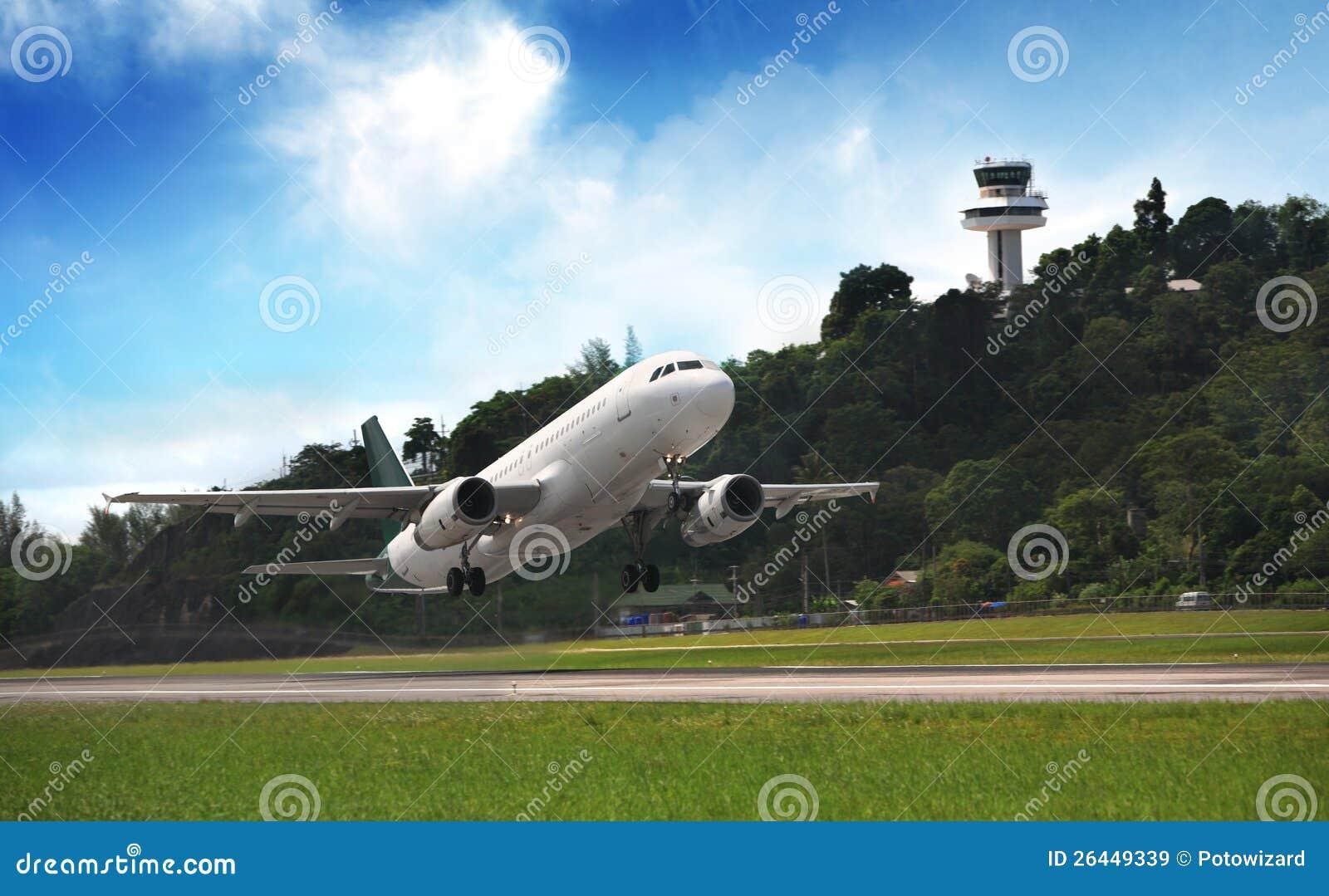 Mosca del avión de pasajeros para arriba sobre cauce del despegue