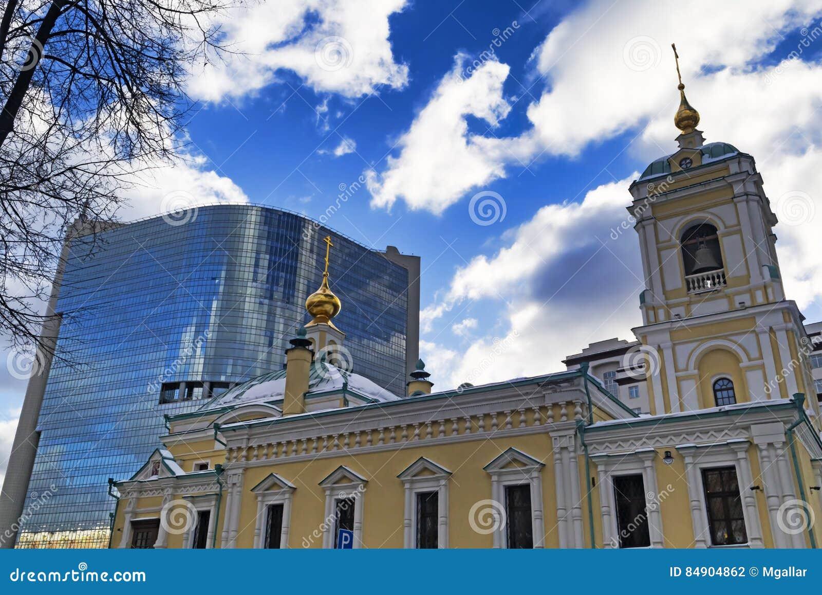Mosca, Federazione Russa - 21 gennaio 2017: Situato nel quadrato di trasfigurazione, nella vista di nuova chiesa e nel centro com