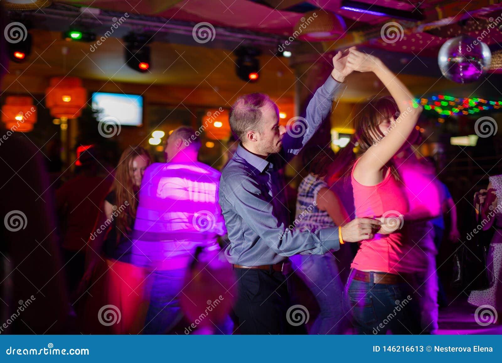 MOSCA, FEDERAZIONE RUSSA - 13 OTTOBRE 2018: Una coppia di mezza et?, un uomo e una donna, salsa di ballo in una folla di peopl ba