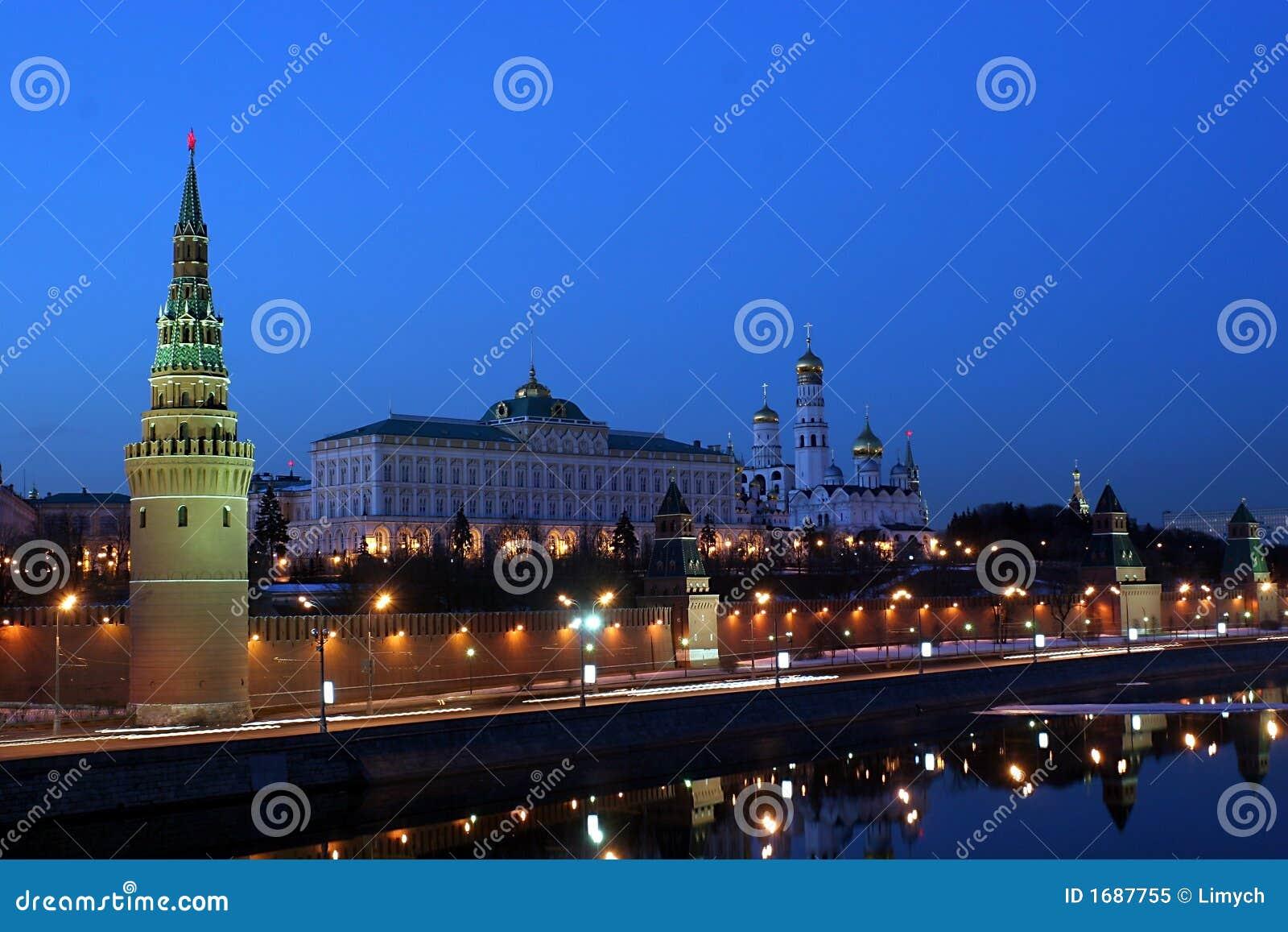 Mosca kremlin (con il mosca-fiume ed esso è l'argine) ha sparato dal
