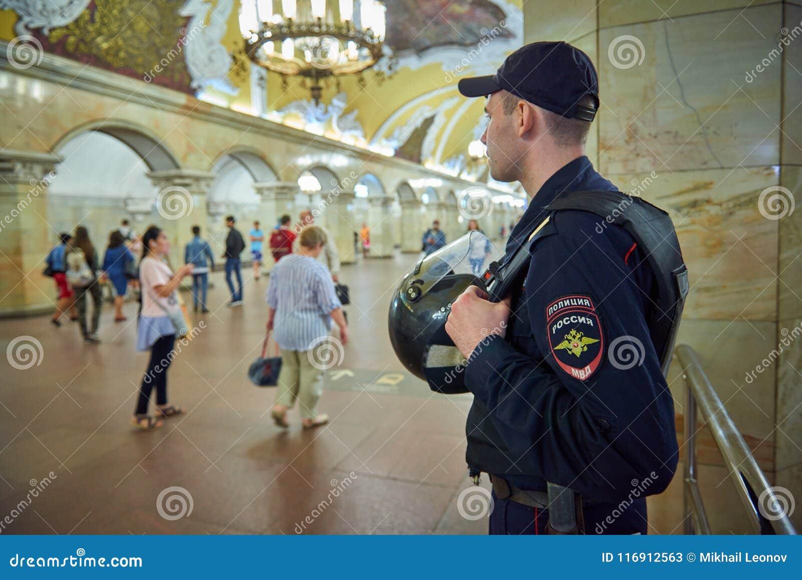 MOSCA, MAGGIO, 13, 2018: La polizia russa equipaggia in giubbotto antiproiettile alla stazione ferroviaria Komsomolskaya della me