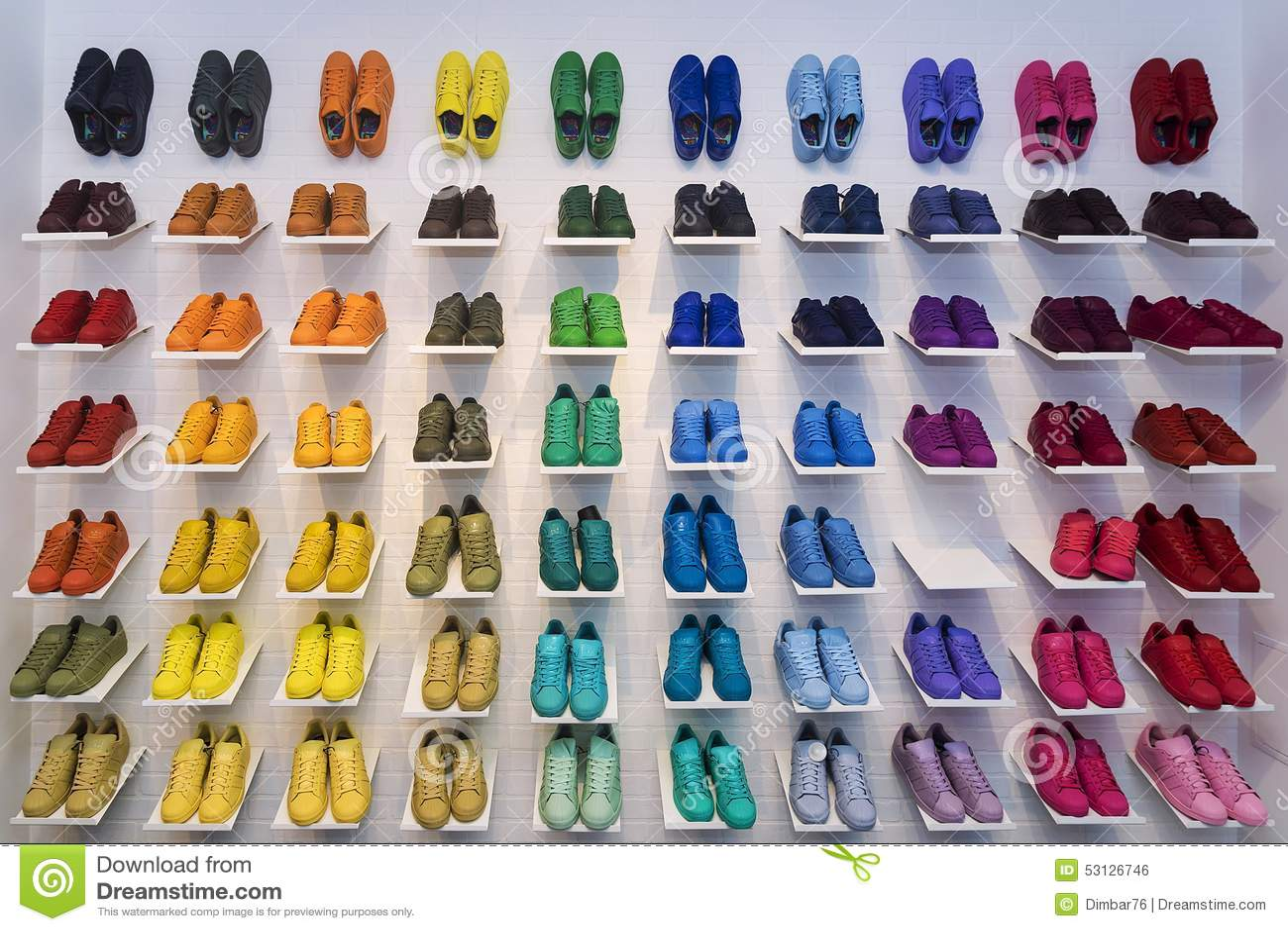 MOSCA, RUSSIA - 12 APRILE: Scarpe di originali di Adidas in uno stor della scarpa