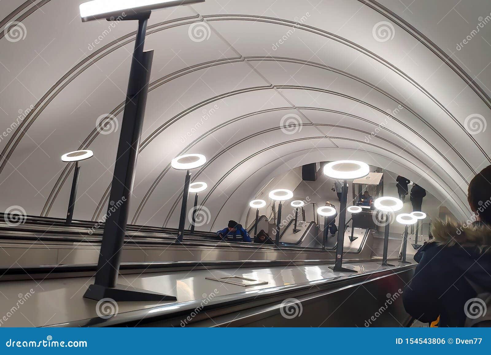 Mosca, Russia - 29 gennaio 2019: Plafoniere sulla discesa sulla scala mobile nella metropolitana Savelovskaya