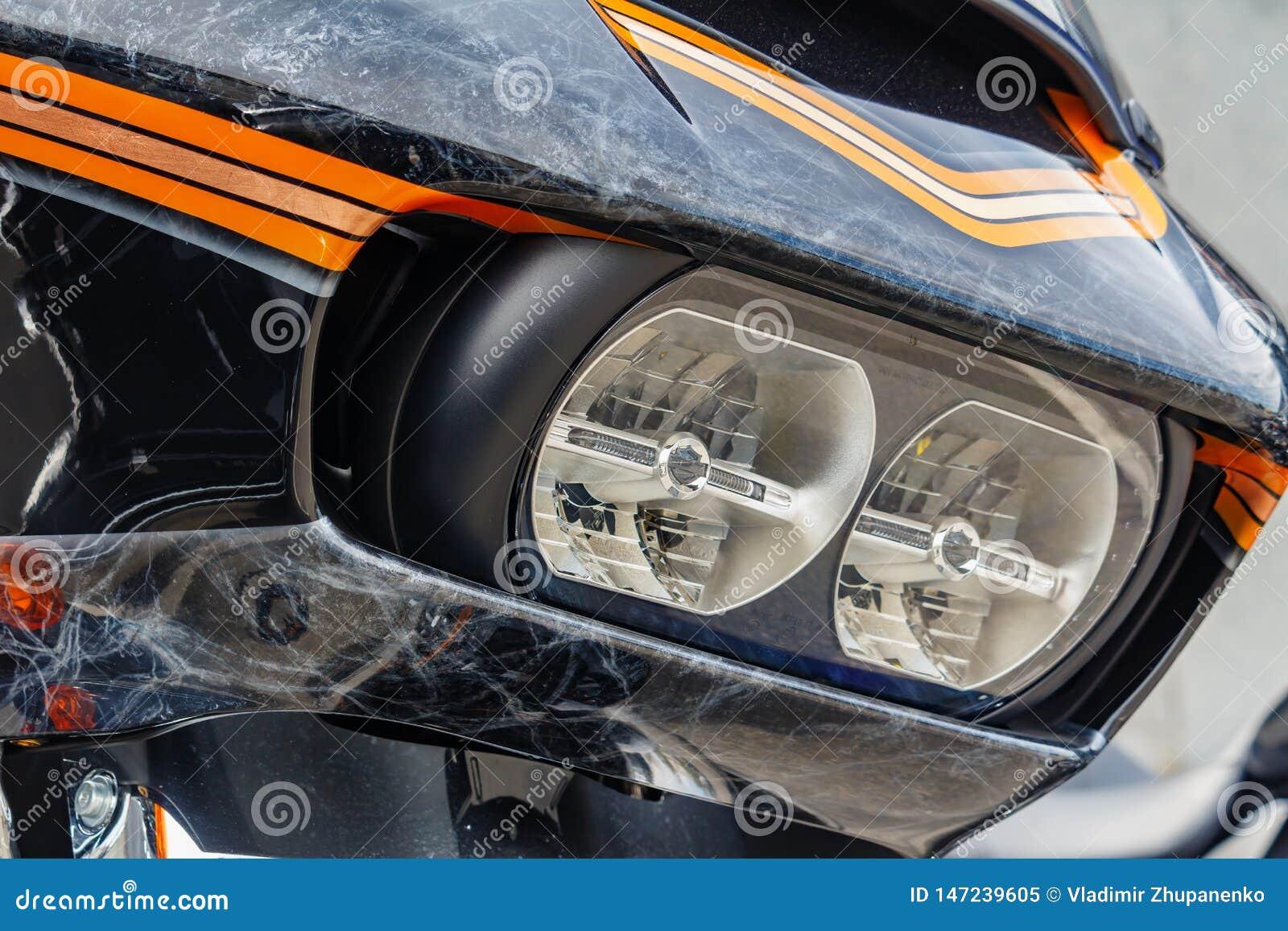 Mosca, Russia - 4 maggio 2019: Fari e schermo antivento con airbrushing del primo piano del motociclo di Harley Davidson Moto