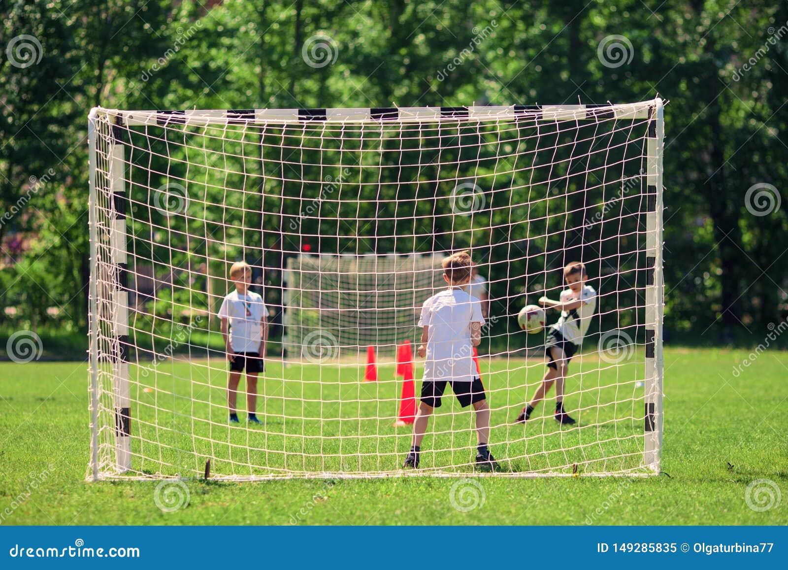 Mosca, Russia, maggio 2018 I bambini giocano a calcio al cortile della scuola