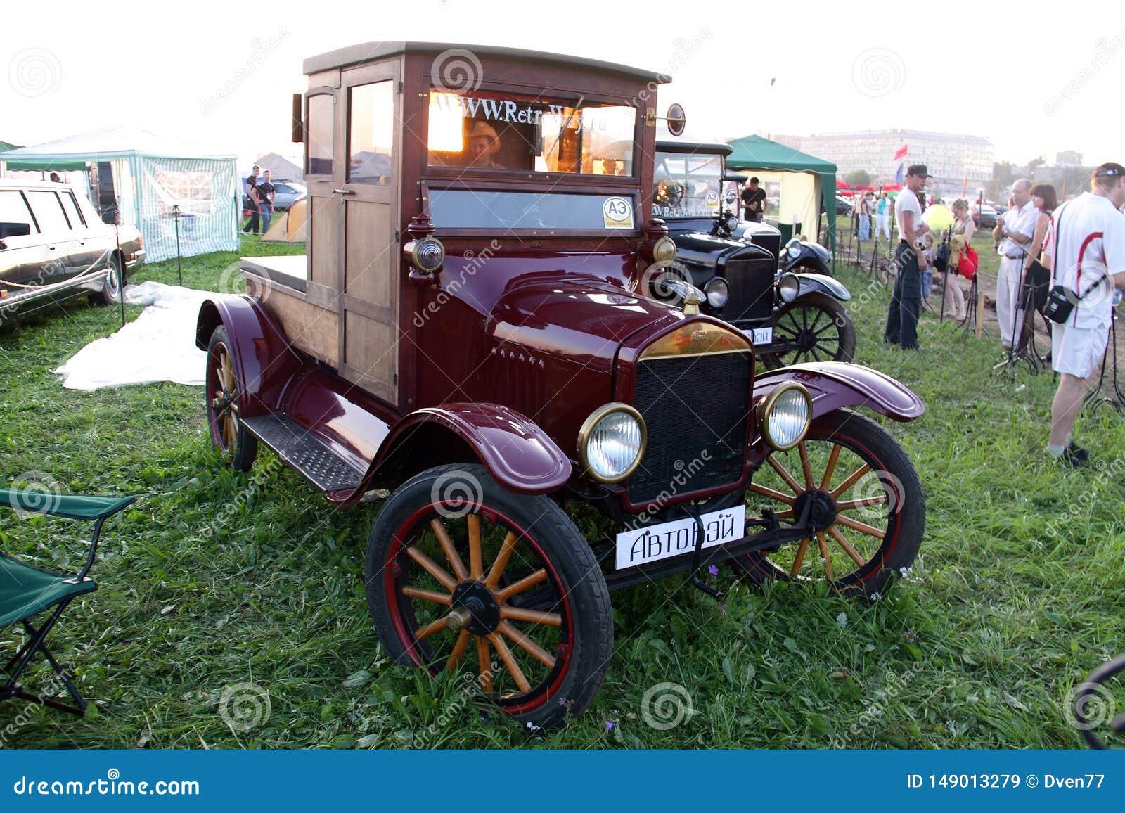 Mosca, Russia - 25 maggio 2019: Una retro automobile di legno molto vecchia Ford T è parcheggiata in un campo