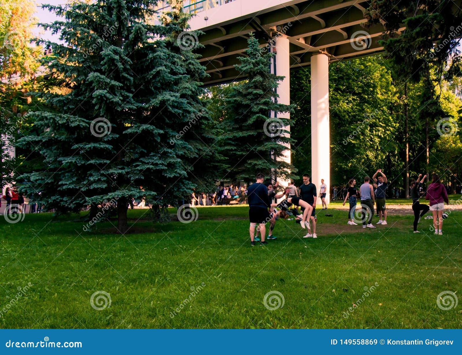 Mosca, Russia-06 01 2019: ragazze pon pon che si preparano nel parco sull erba