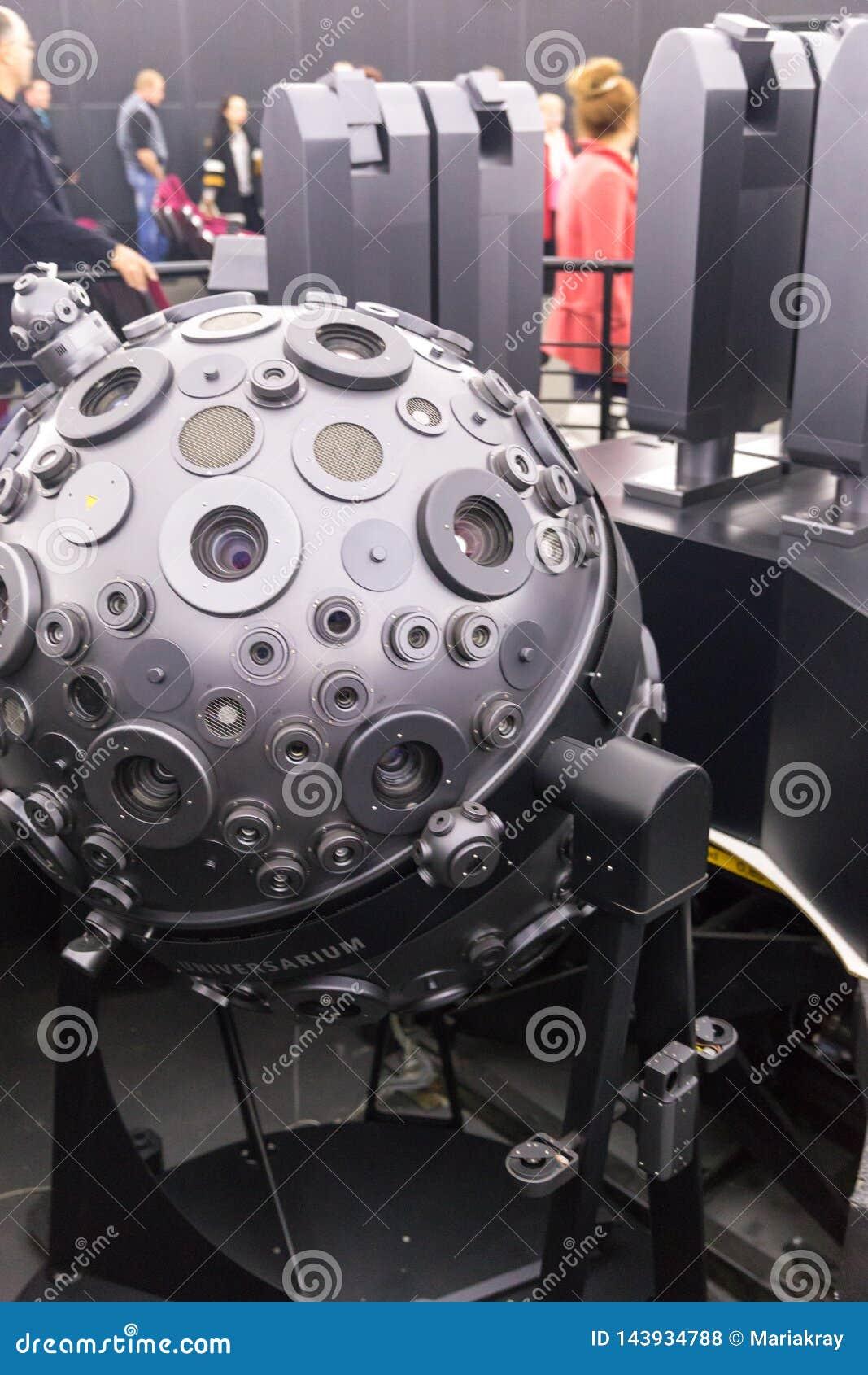 MOSCA, RUSSIA - 28 SETTEMBRE: Il proiettore optomechanical di Cosmorama del planetario a Mosca I presente del planetario