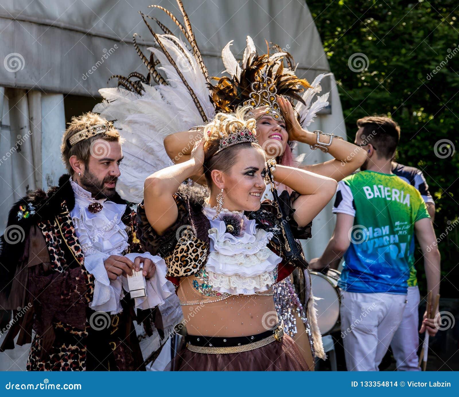Moscou, parc d Izmailovsky, peut 27, 2018 : deux belles filles et un jeune homme attendant le carnaval brésilien