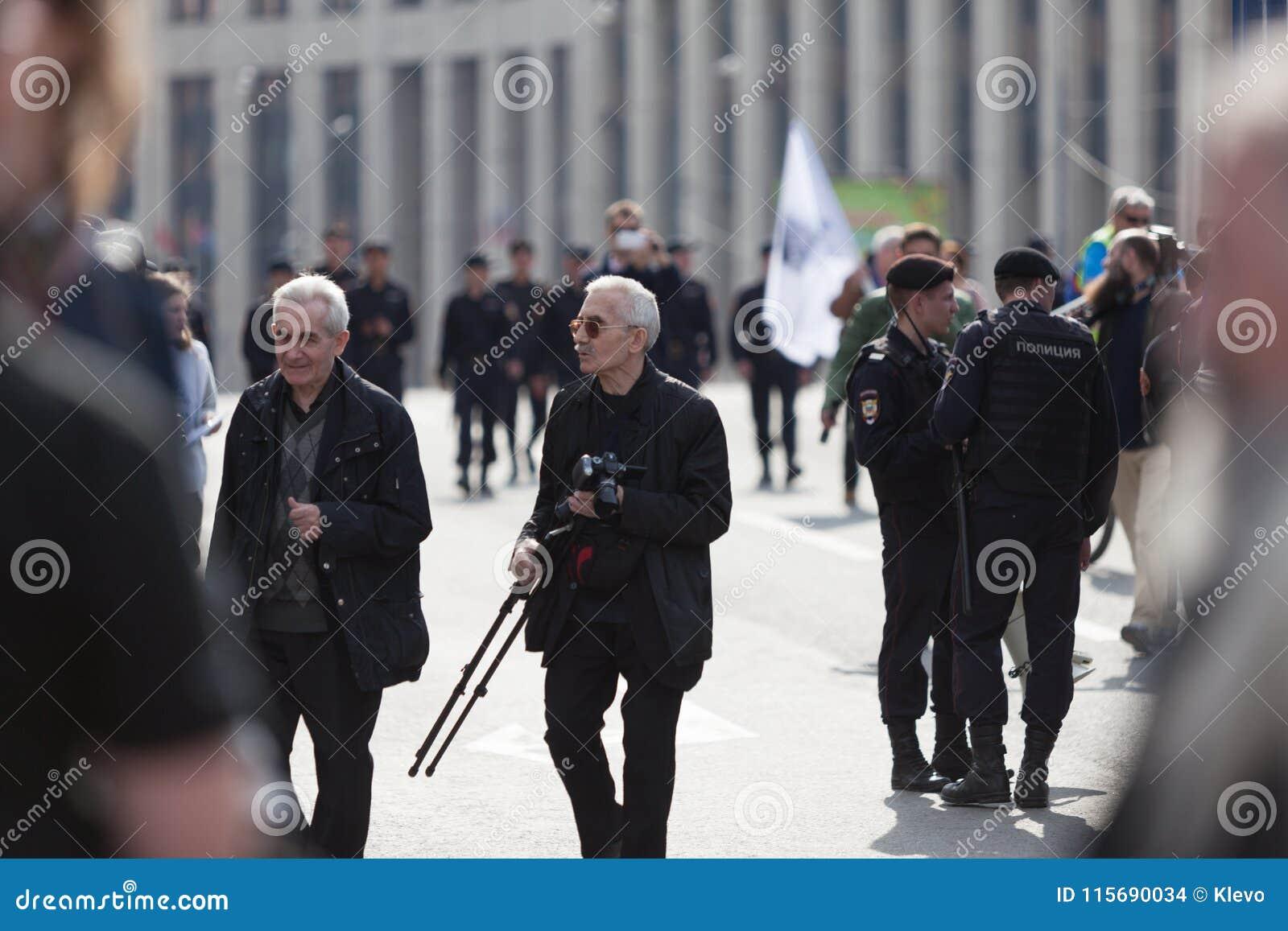 MOSCOU, RÚSSIA - 30 DE ABRIL DE 2018: Os protestadores deixam a reunião na avenida de Sakharov contra a obstrução do telegrama ap