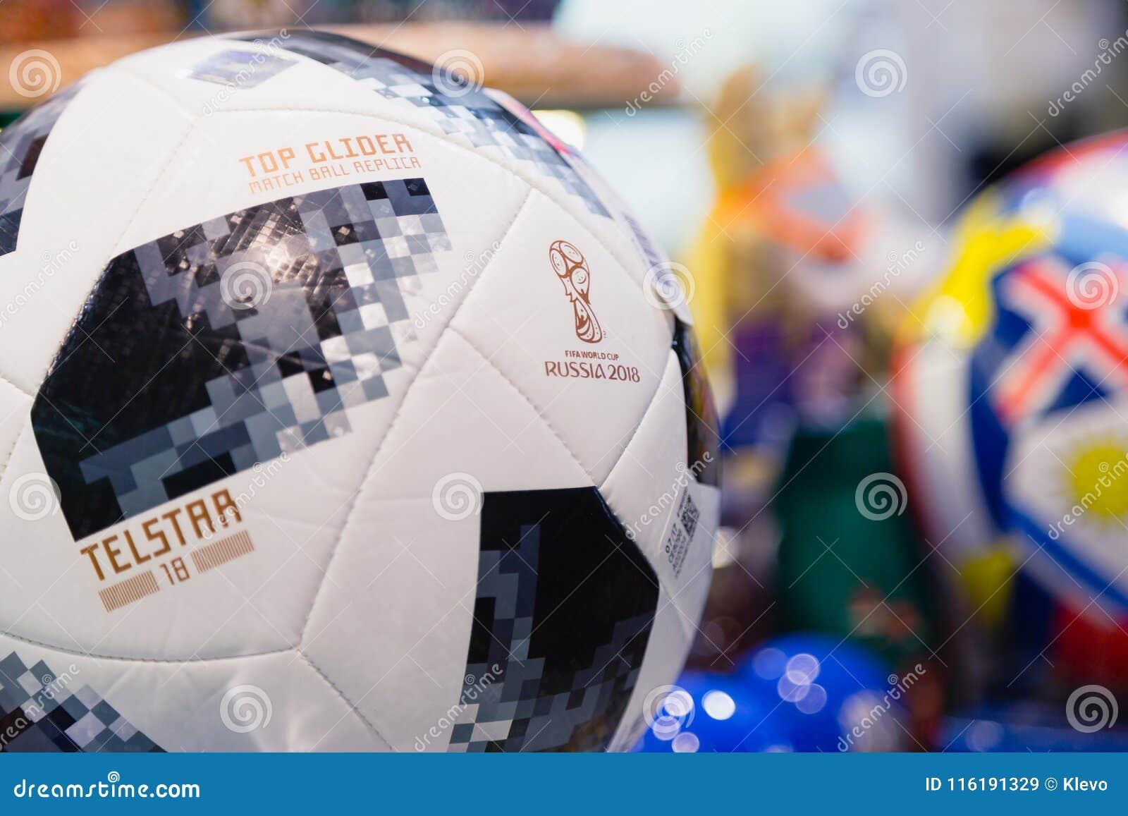 MOSCOU, RÚSSIA - 30 DE ABRIL DE 2018: Réplica SUPERIOR da bola do fósforo do PLANADOR para o campeonato do mundo FIFA 2018 mundia