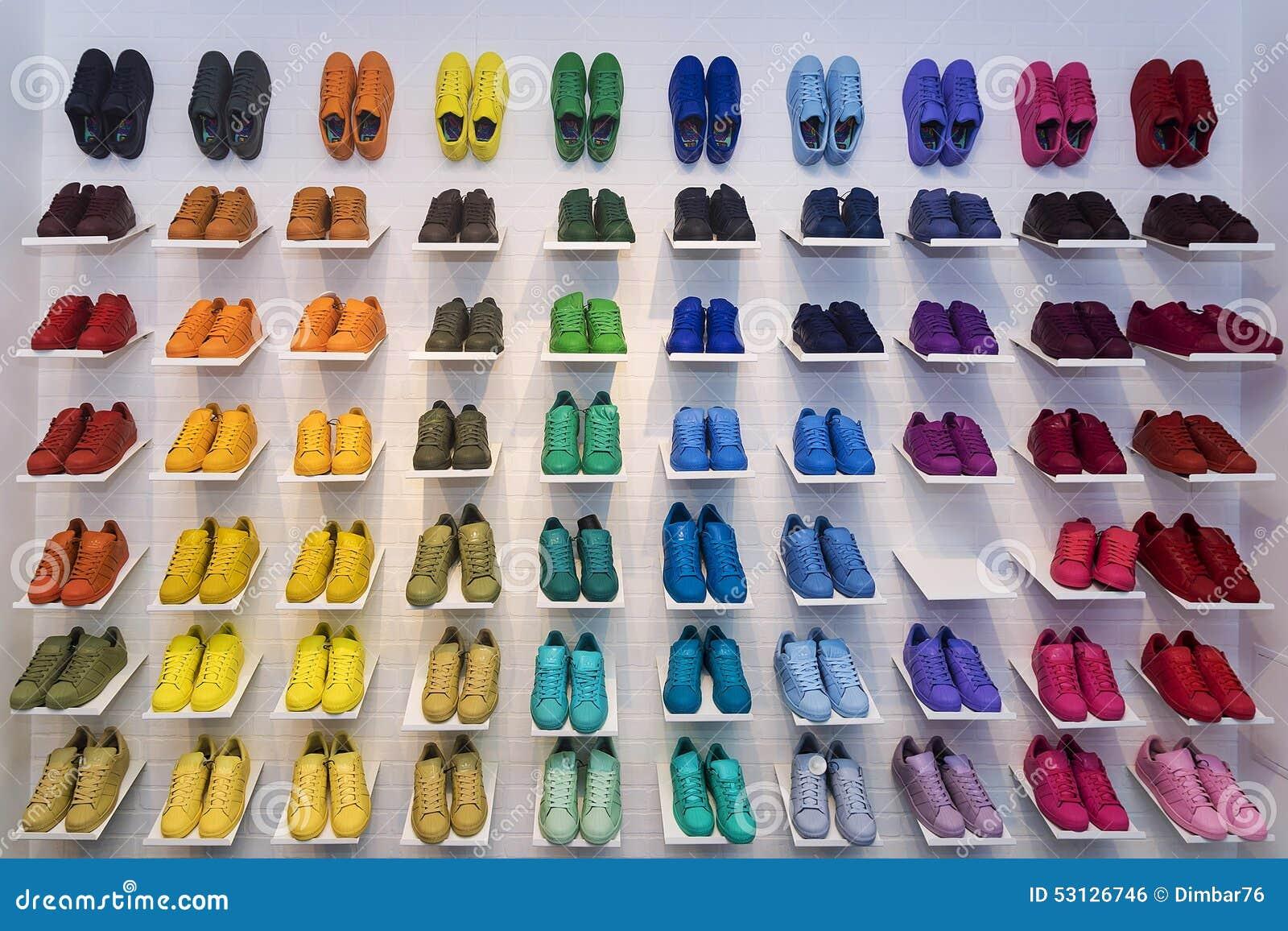 MOSCOU, RÚSSIA - 12 DE ABRIL: Sapatas dos originais de Adidas em um stor da sapata