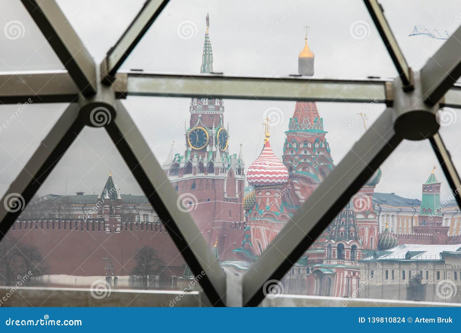 Moscou, Rússia - 10 de dezembro de 2018: vista do Kremlin de Moscou e da catedral da manjericão do St através do vidro