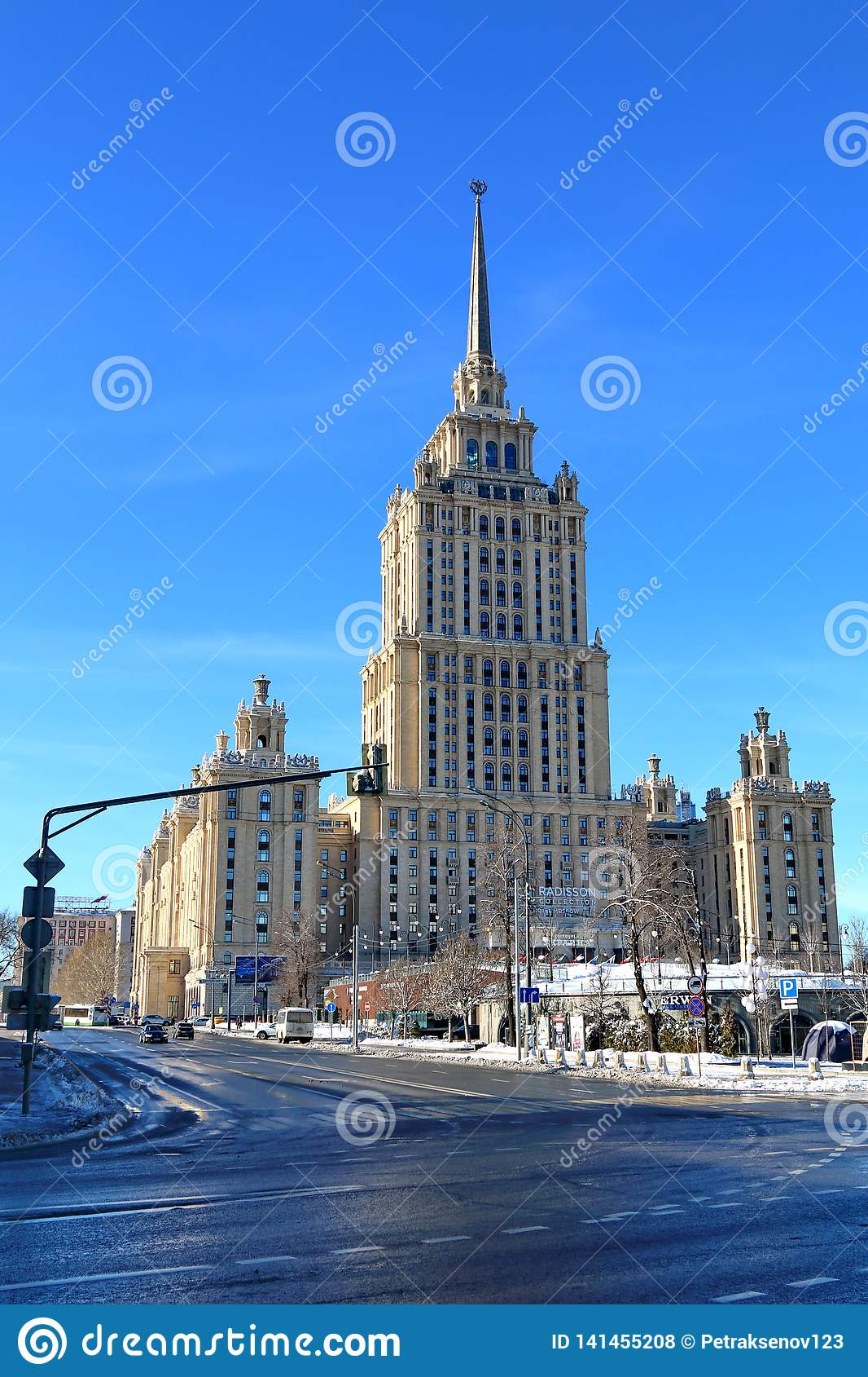 Moscou, Rússia - 14 de fevereiro de 2019: O hotel Radisson real em Moscou o hotel Ucrânia foi chamado anteriormente