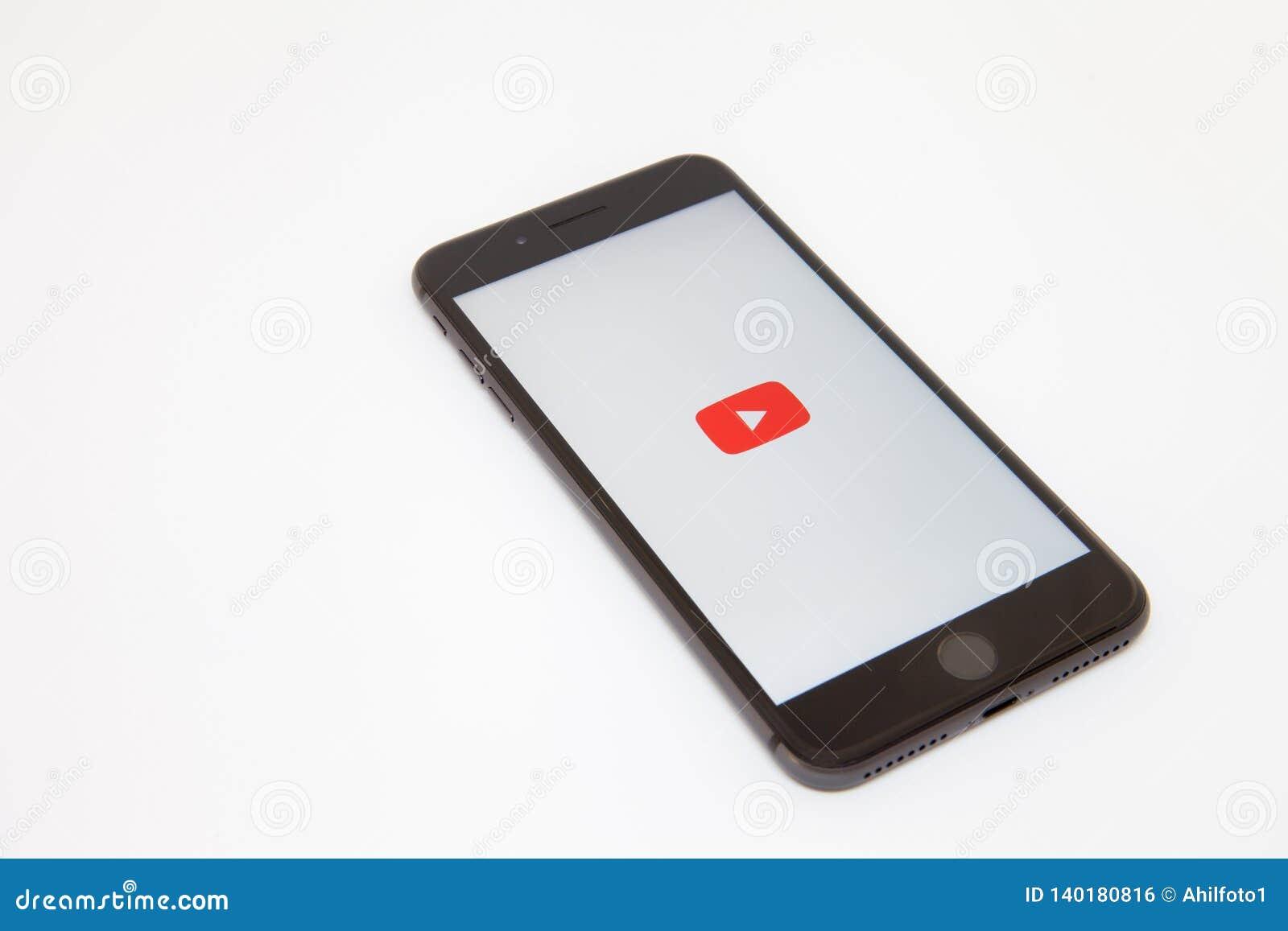 Moscou/Rússia - 19 de fevereiro de 2019: o smartphone encontra-se na tabela com o logotipo de YouTube na tela