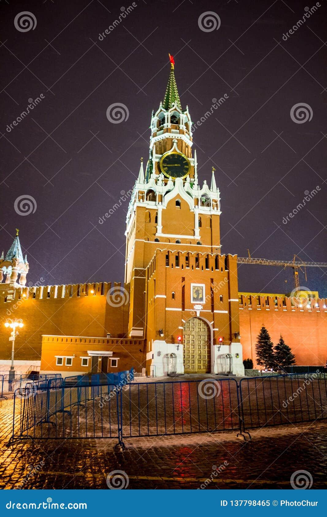 MOSCOU, RÚSSIA - 7 DE JANEIRO DE 2016: Bashnya de Spasskaya da torre de Spassky do Kremlin de Moscou no dia de Natal