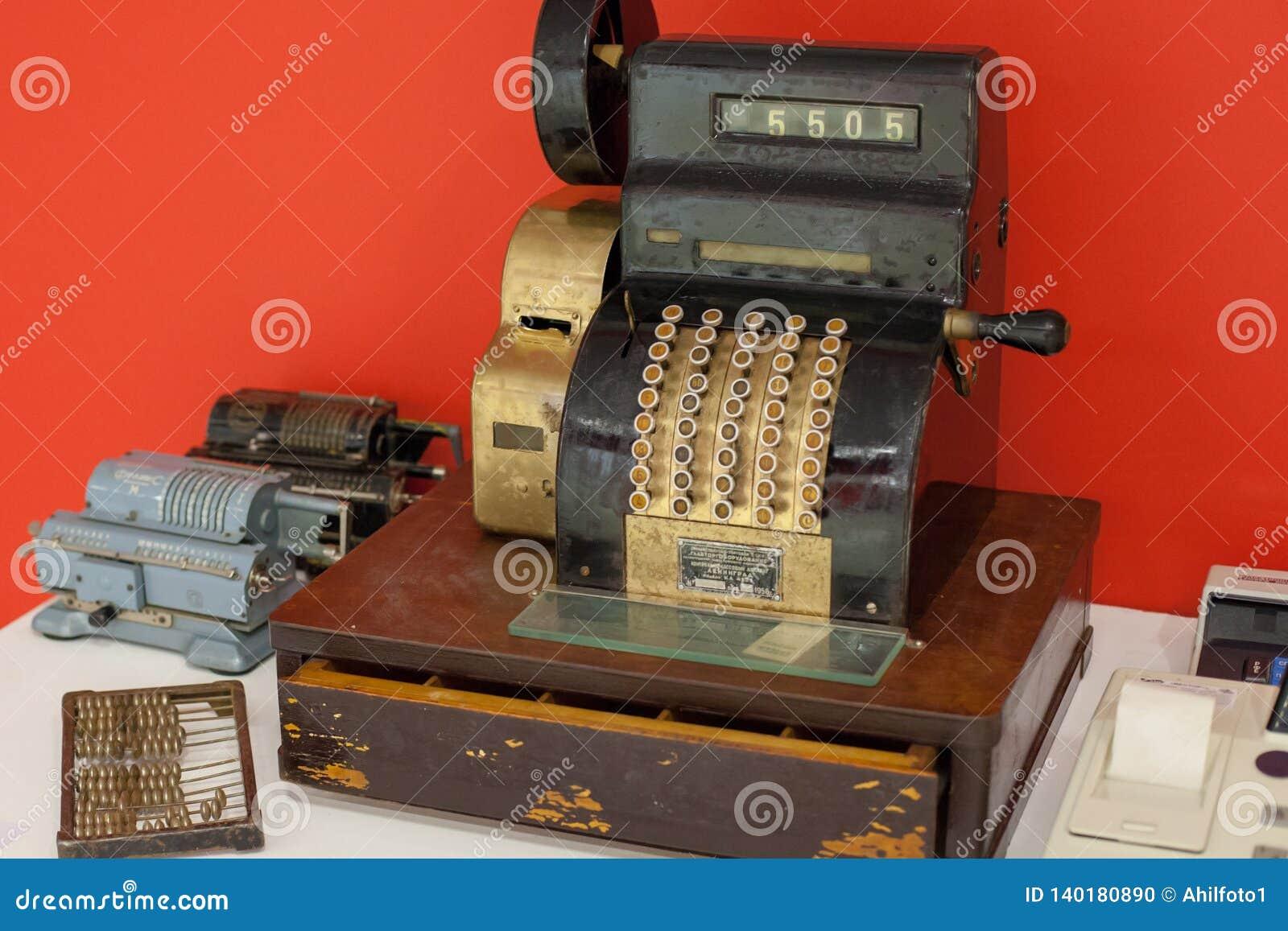 Moscou/Rússia - 9 de janeiro de 2013: caixa registadora muito velha