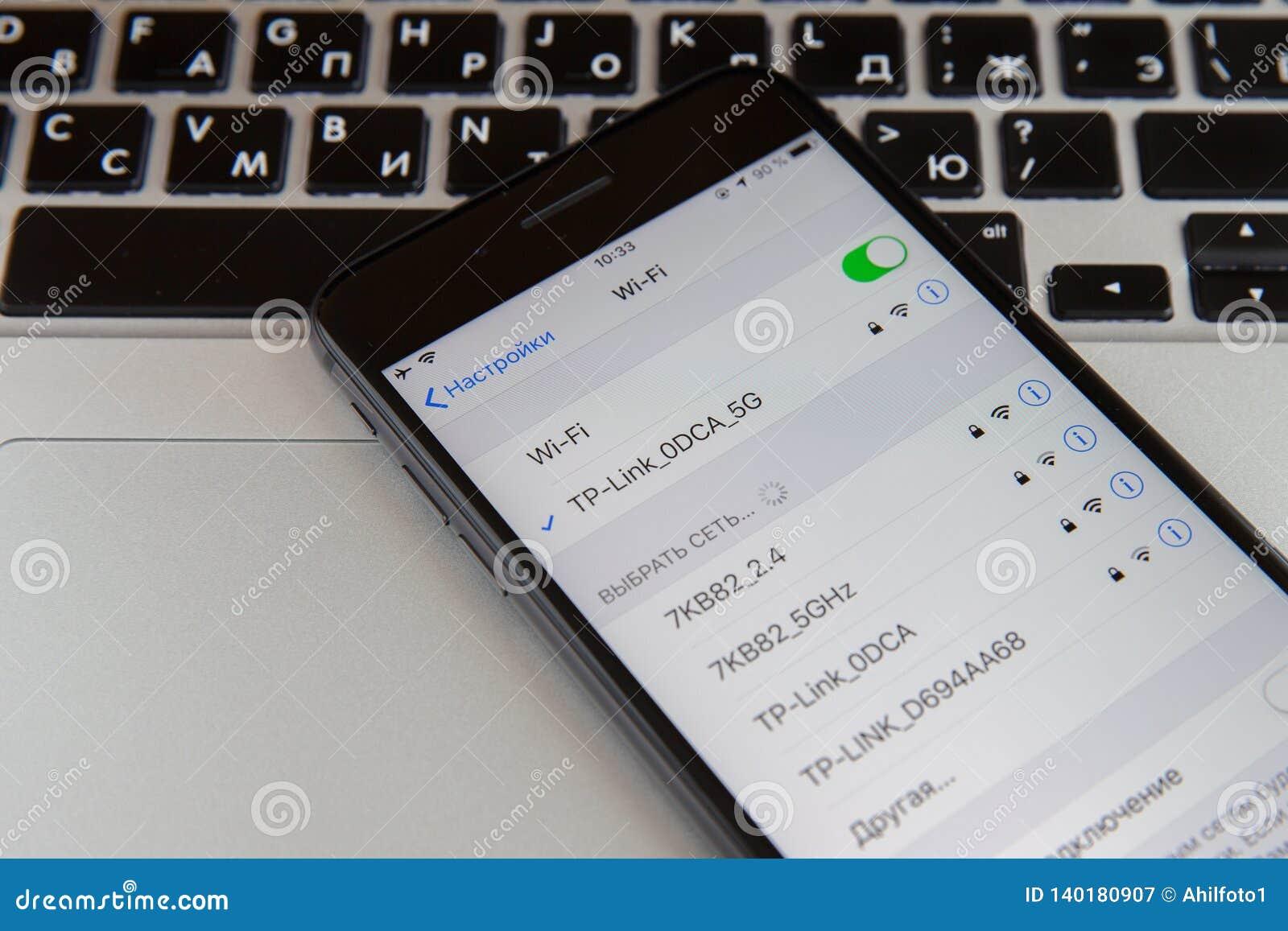Moscou, Rússia - 29 de janeiro de 2019 O iphone está no teclado do macbook Wi-Fi está na tela