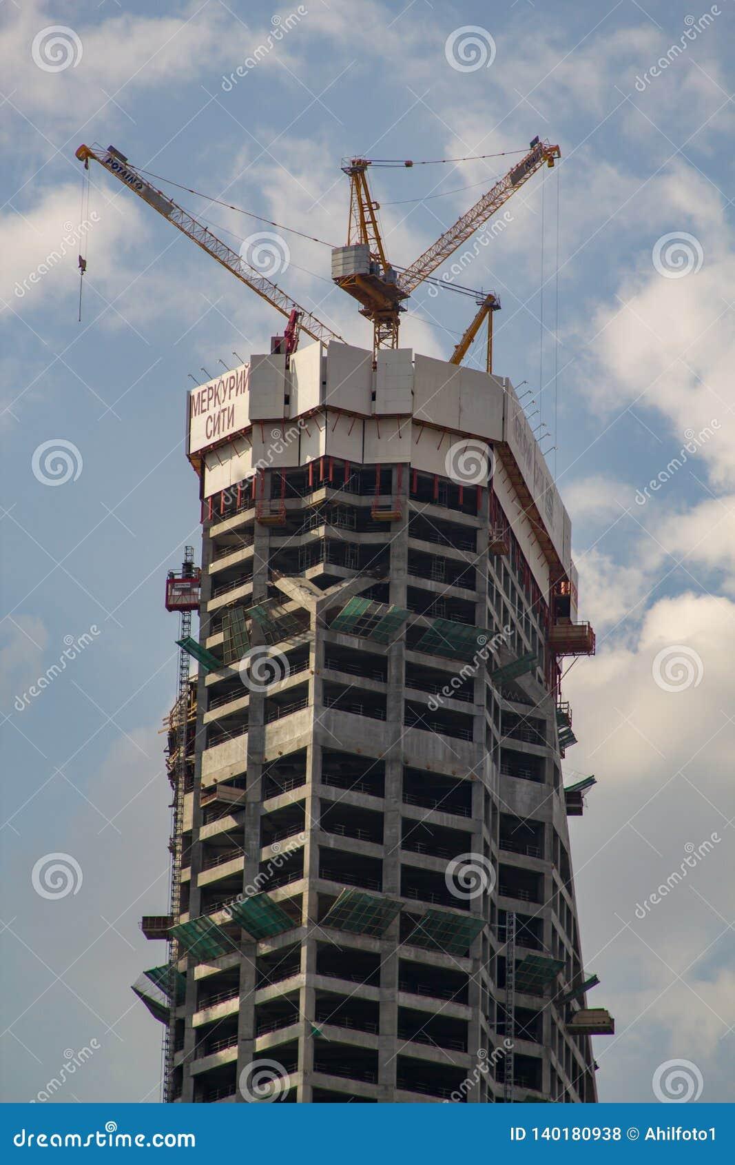 Moscou/Rússia - 4 de maio de 2011: construção da cidade de Moscou da torre