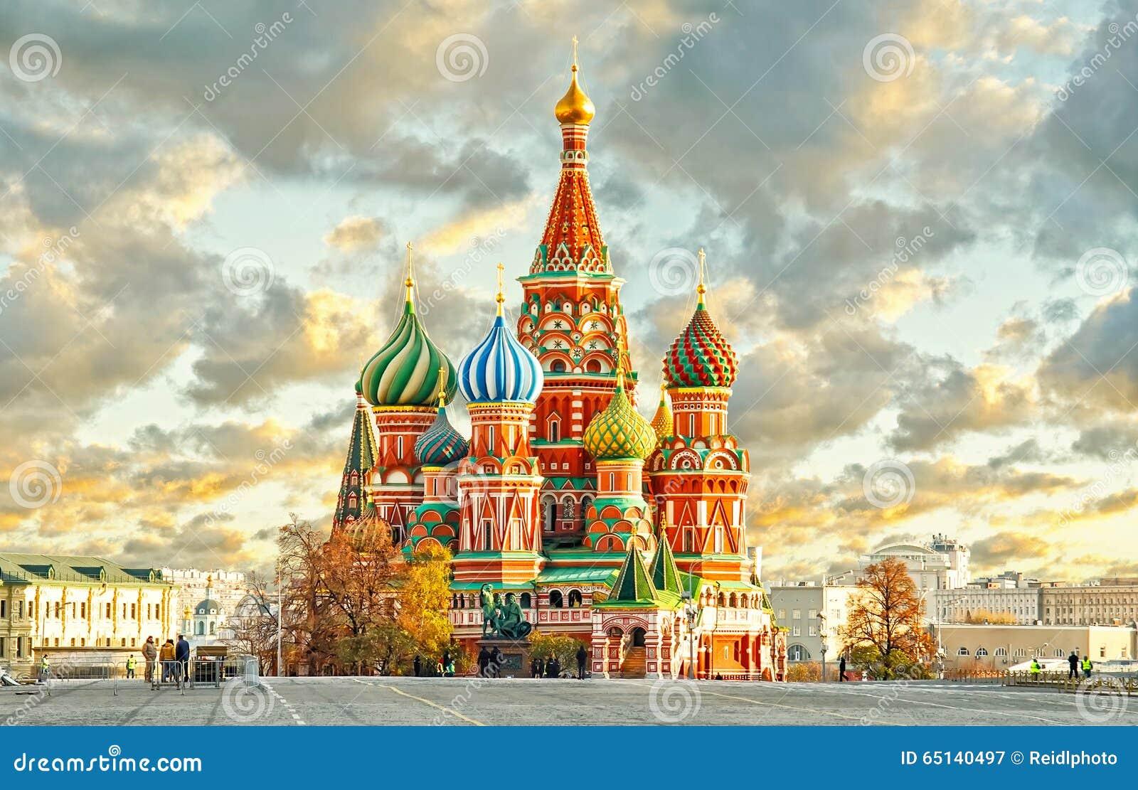 MOSCOU, RÚSSIA, ideia do cartão do quadrado vermelho e ST MANJERICÃO cahtedral