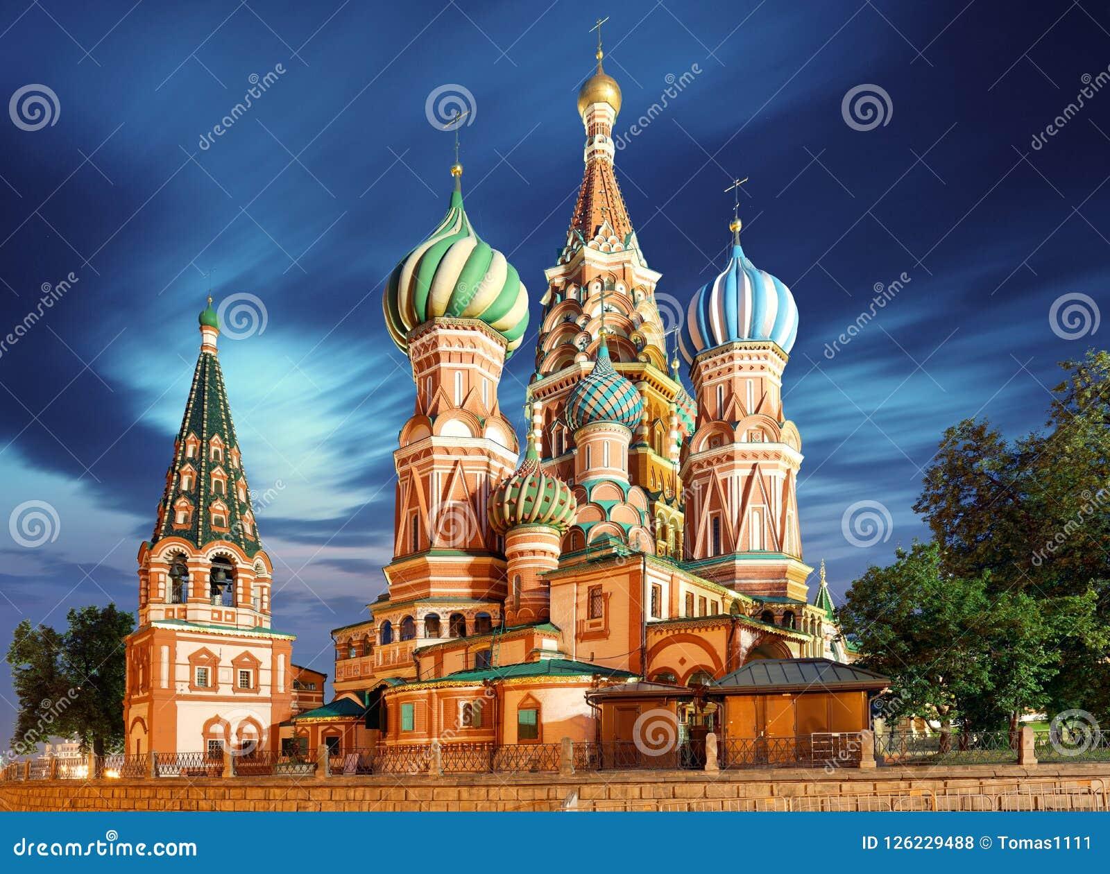 Moscou, Rússia - opinião de quadrado vermelho da catedral do ` s da manjericão do St no nig