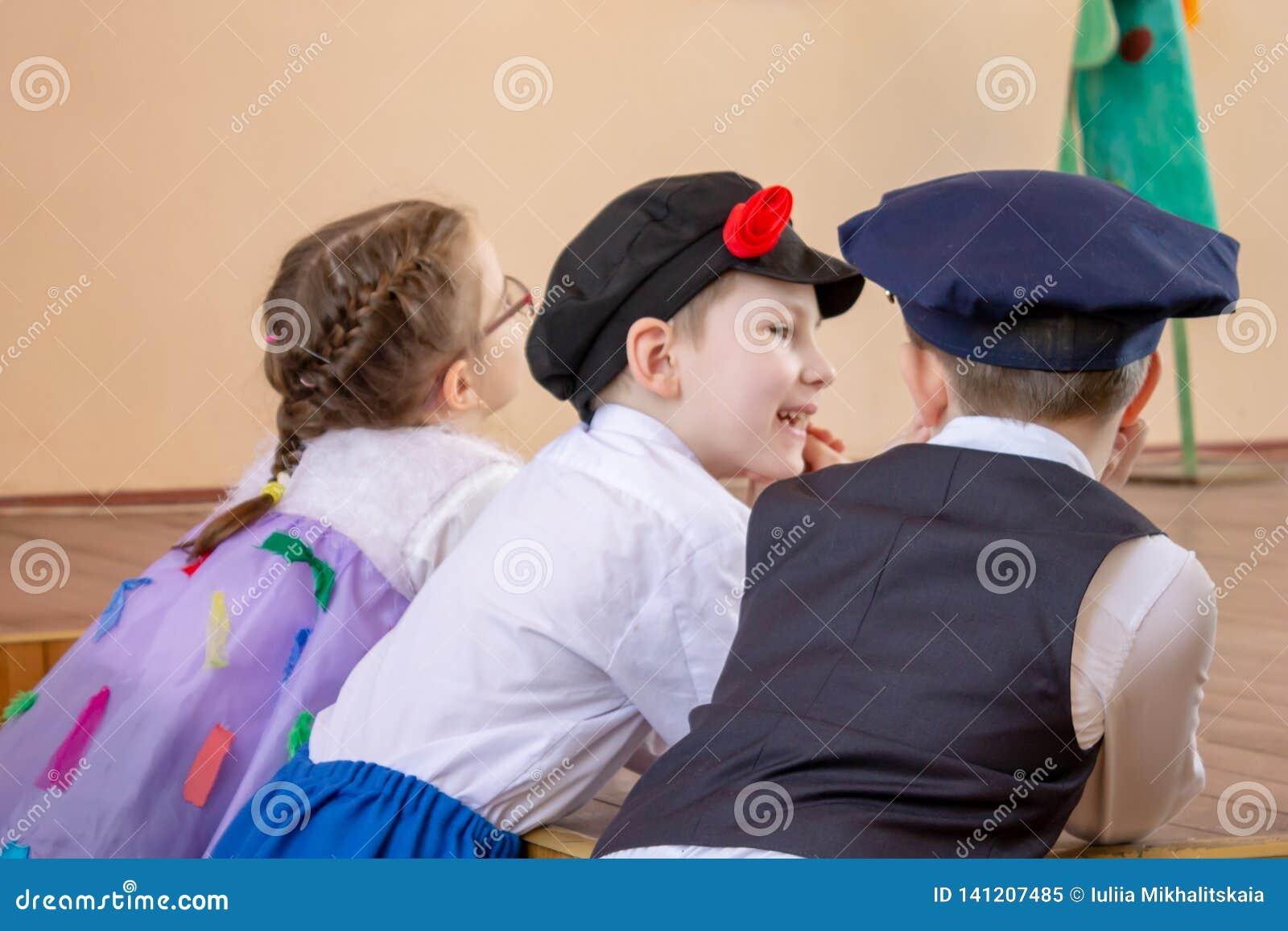 MOSCOU, RUSSI - 6 DE MAIO DE 2018: Crianças de sorriso na tagarelice dos trajes do carnaval ou do concerto