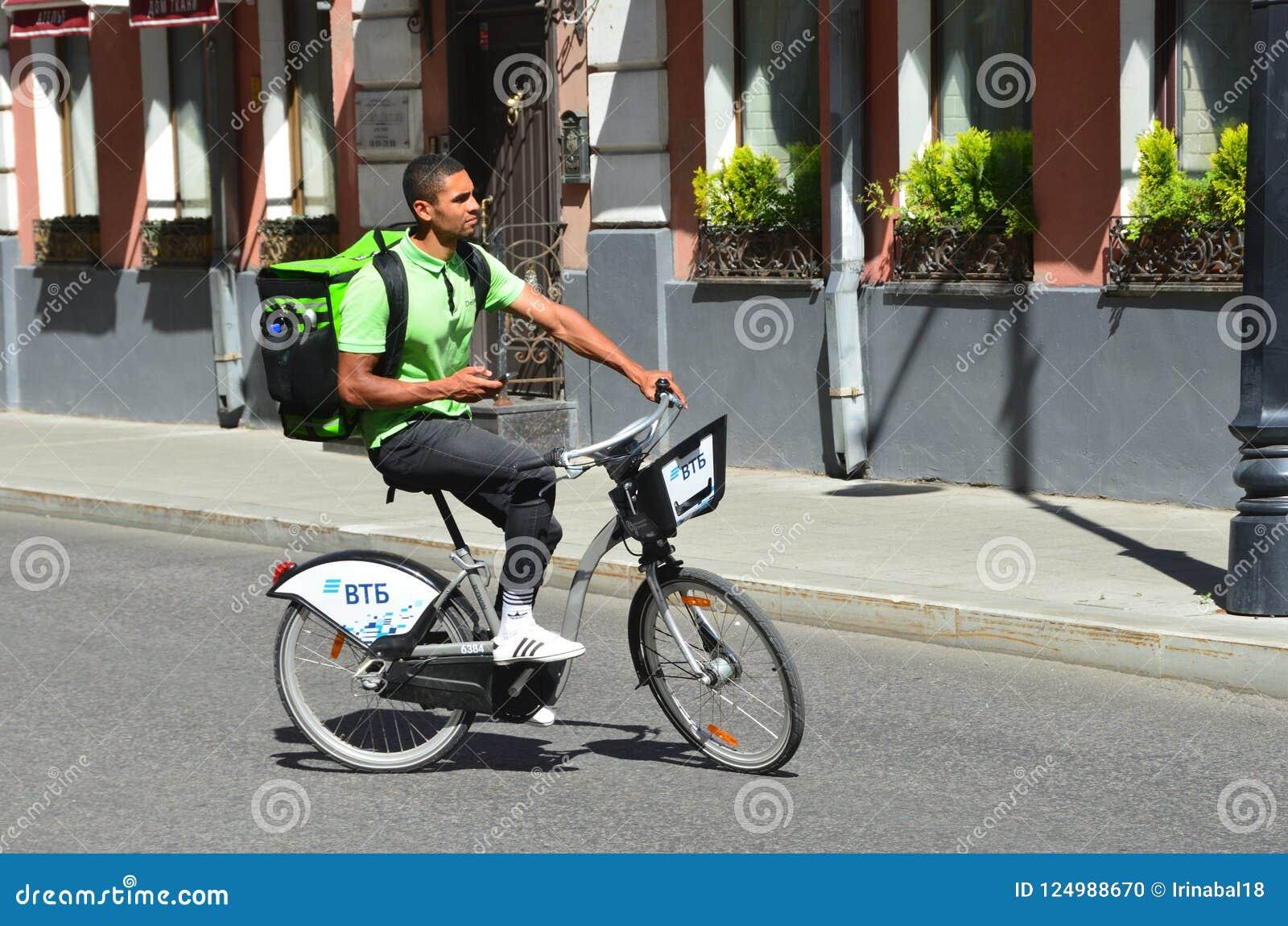 Moscou, Russie, ao?t, 12, 2018 Le messager du club de la livraison livre la nourriture sur une bicyclette à Moscou