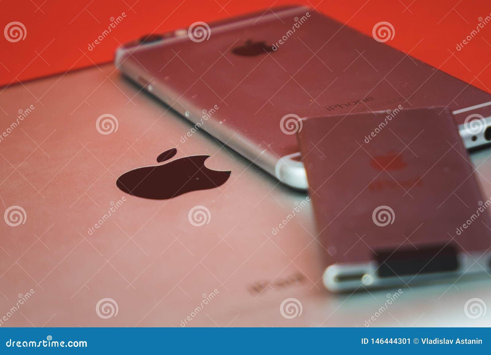 Moscou, Russie - 25 AVRIL 2019 : iPod, iphone et ipad se situant dans une rang?e Production sur le fond rouge Produits d Apple Pr