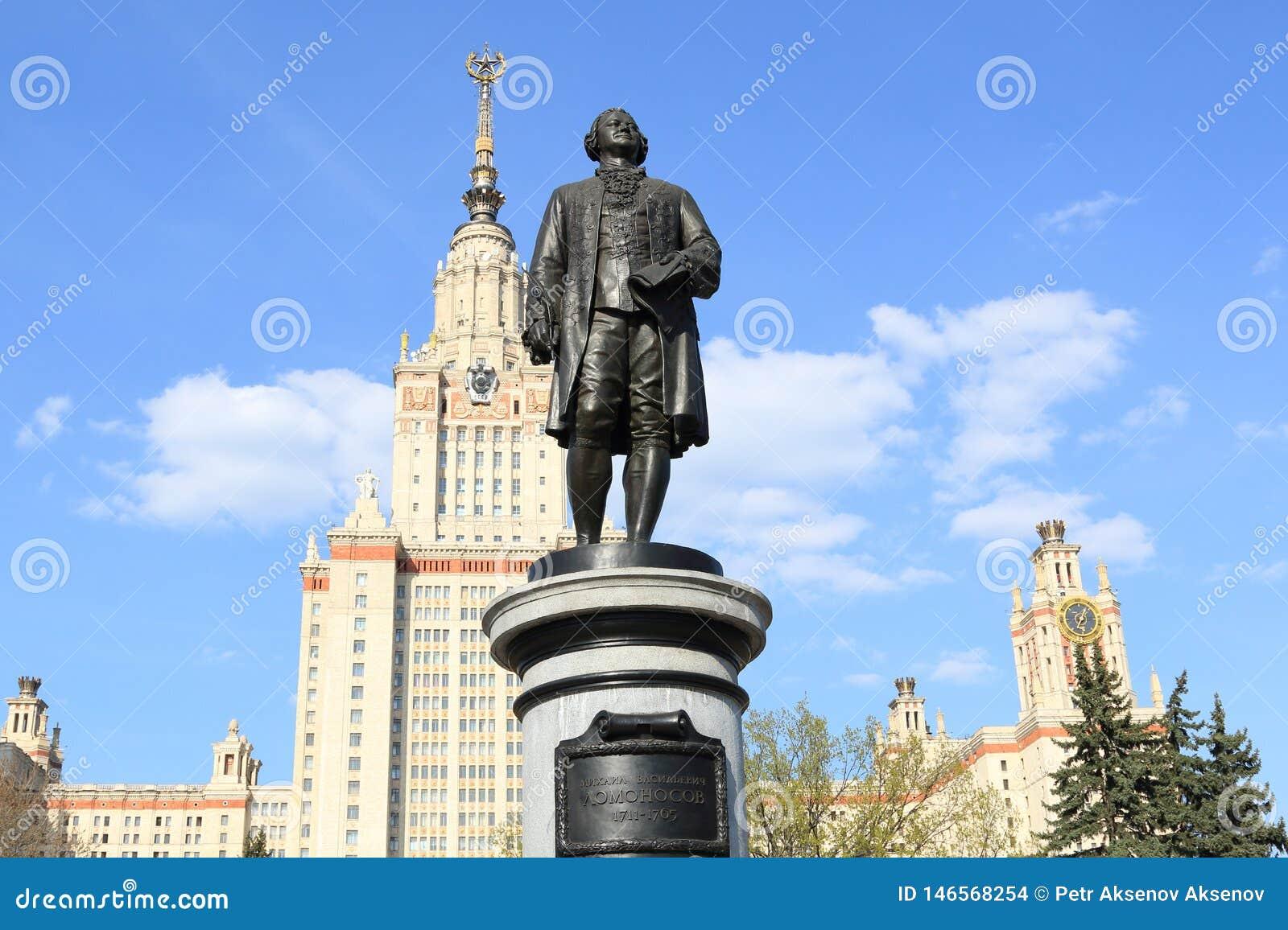 Moscou, Russie - 1er mai 2019 : Sculpture de Mikhail Vasilyevich Lomonosov dans la perspective de Moscou Université d État