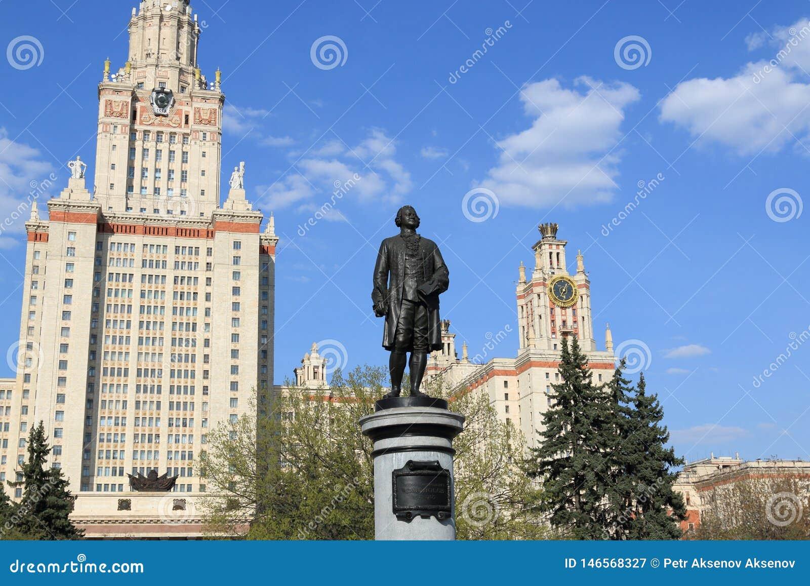 Moscou, Russie - 1er mai 2019 : Sculpture de Mikhail Vasilyevich Lomonosov dans la perspective de Moscou Universit? d ?tat