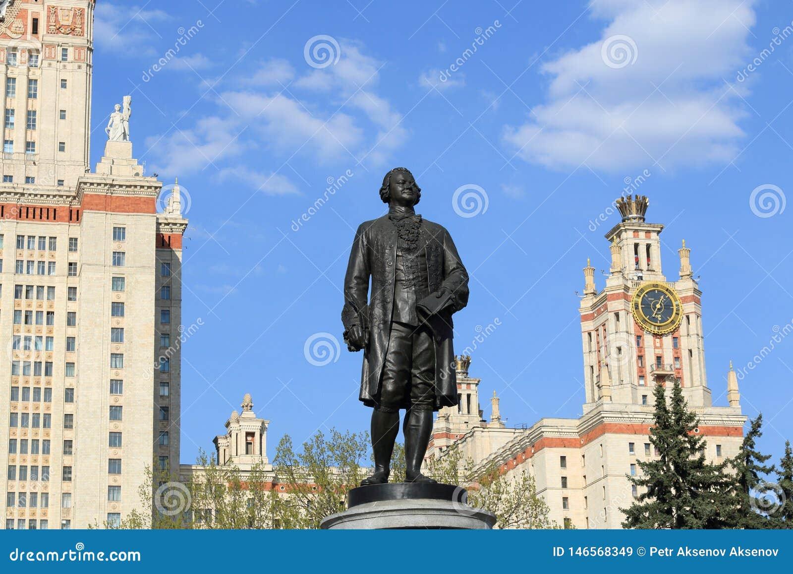 Moscou, Russie - 1er mai 2019 : Sculpture de Mikhail Vasilyevich Lomonosov devant Moscou Université d État