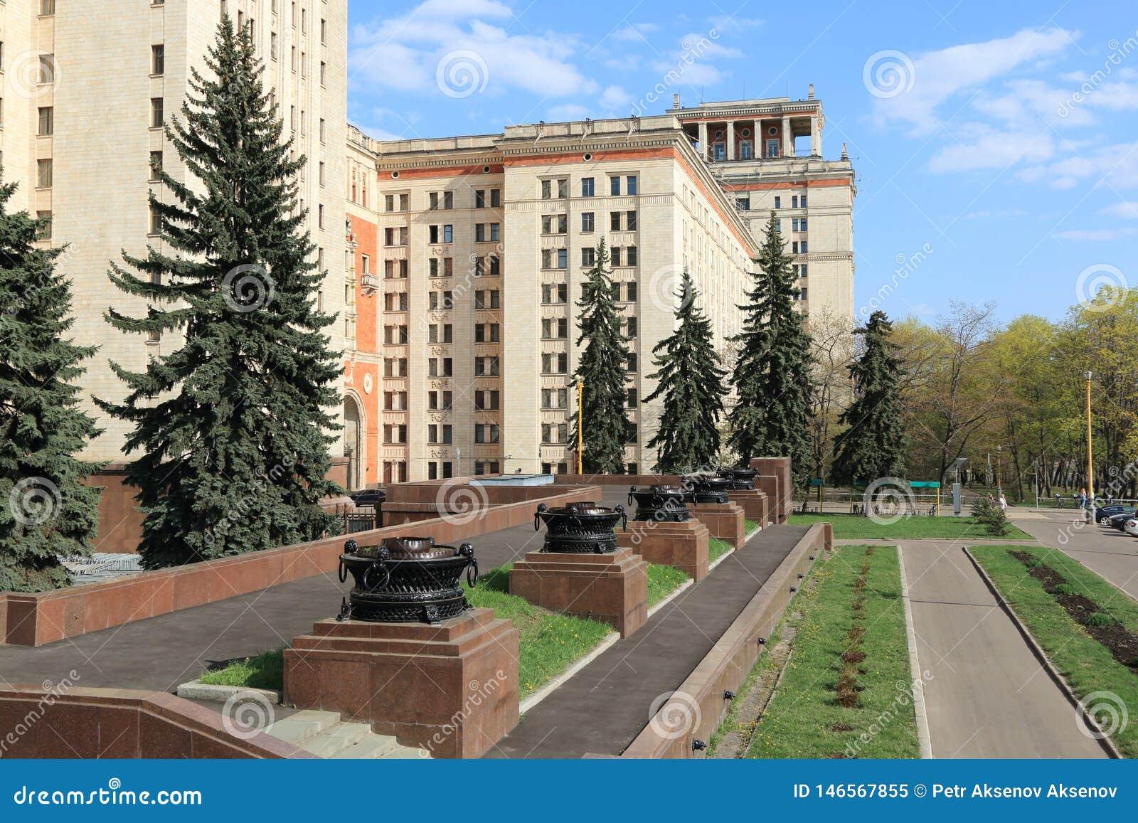Moscou, Russie - 1er mai 2019 : Vue de Moscou Université d État à la droite de l entrée principale au bâtiment principal
