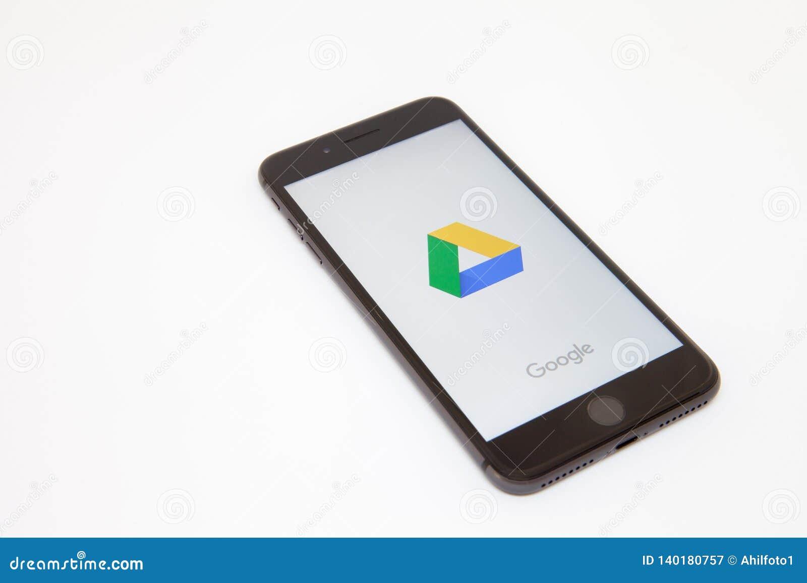 Moscou/Russie - 19 février 2019 : le smartphone se trouve sur la table avec le logo de Google sur l écran