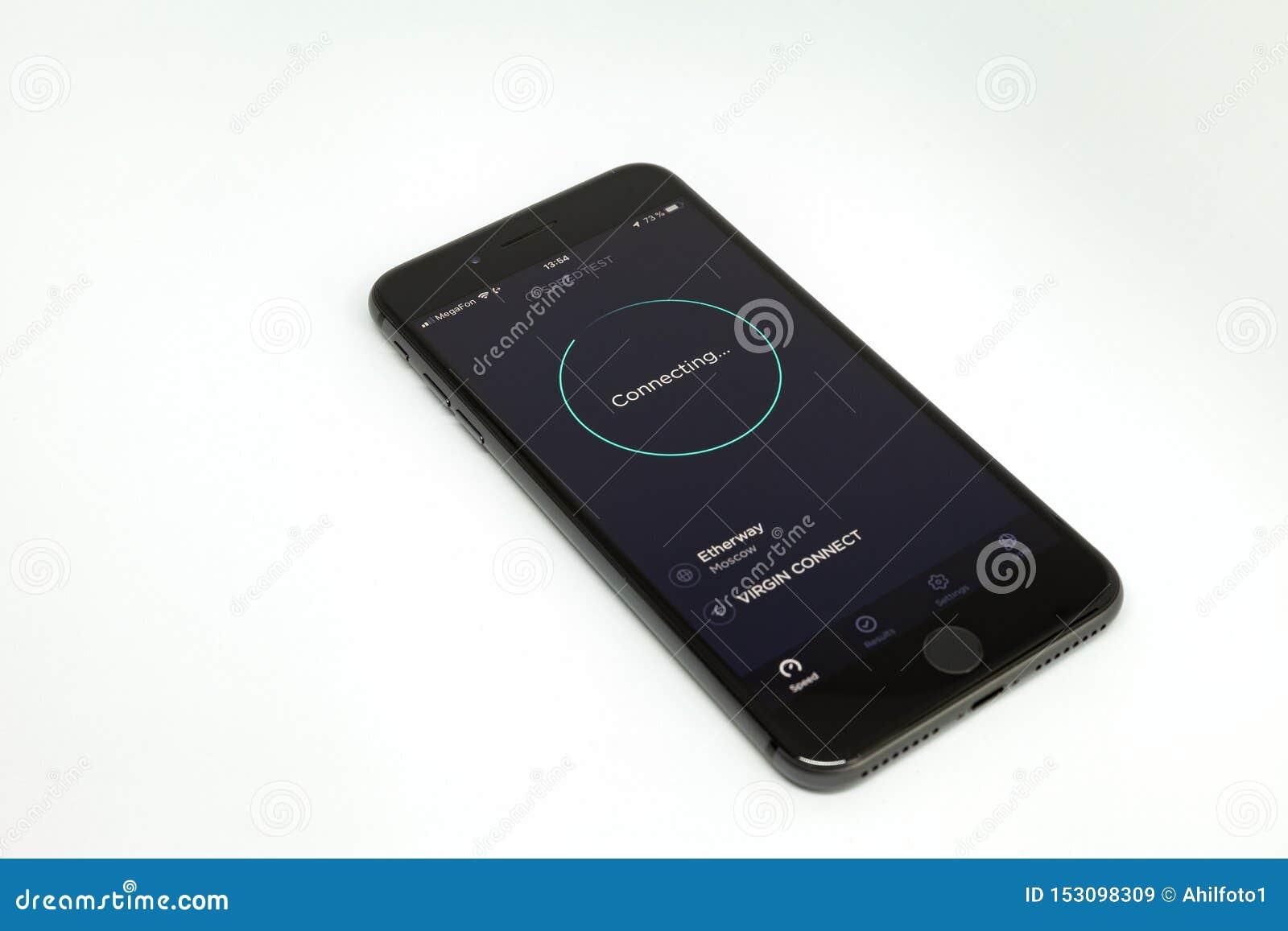 Moscou/Russie - 13 juillet 2019 : Plus noir d iPhone 8 sur un fond blanc Sur l écran, le programme Speedtest