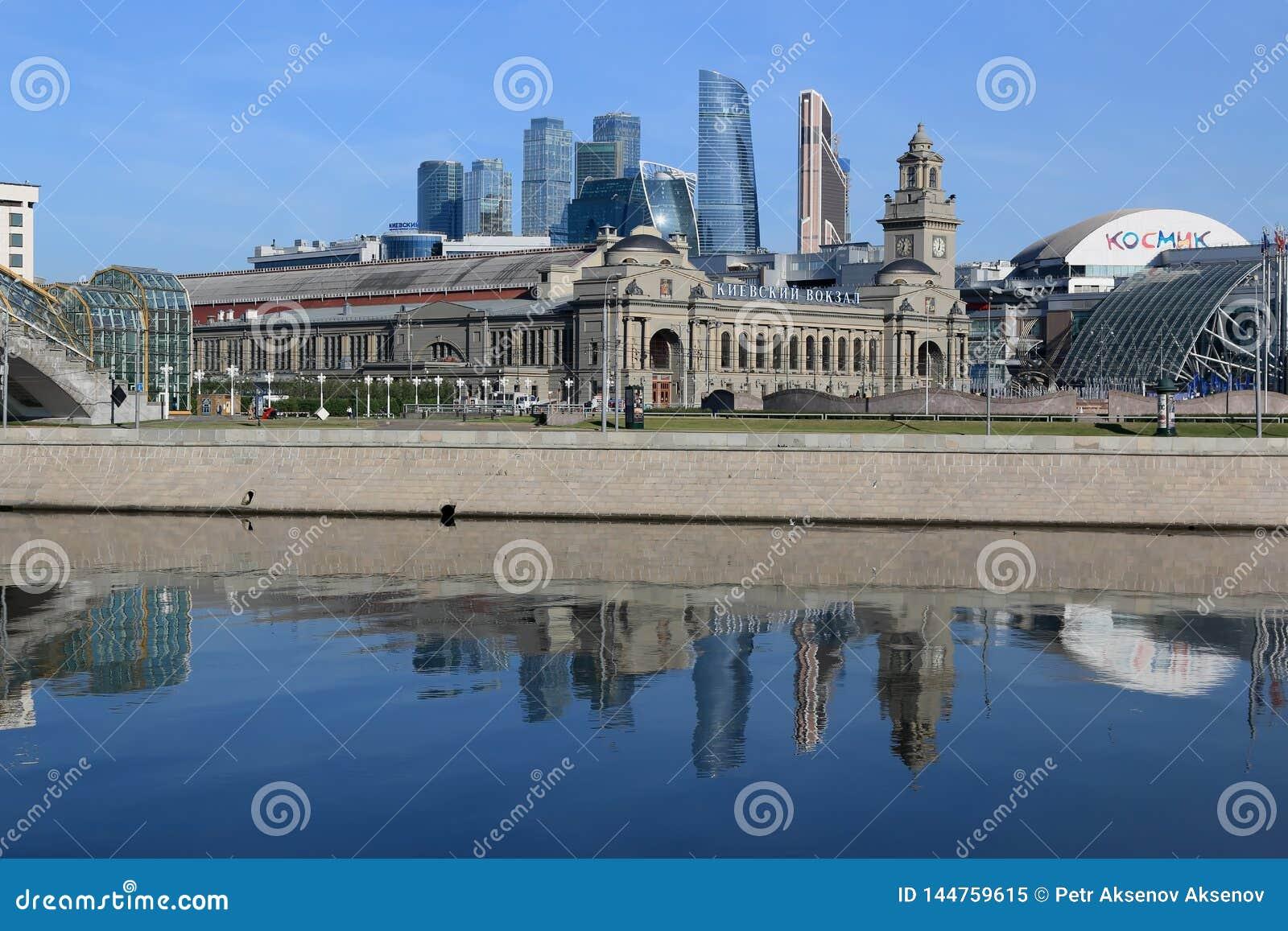 Moscou, Russie - 16 juin 2018 : Rivière de Moscou, remblai de Berezhkovskaya et gare ferroviaire de Kievsky pendant le matin