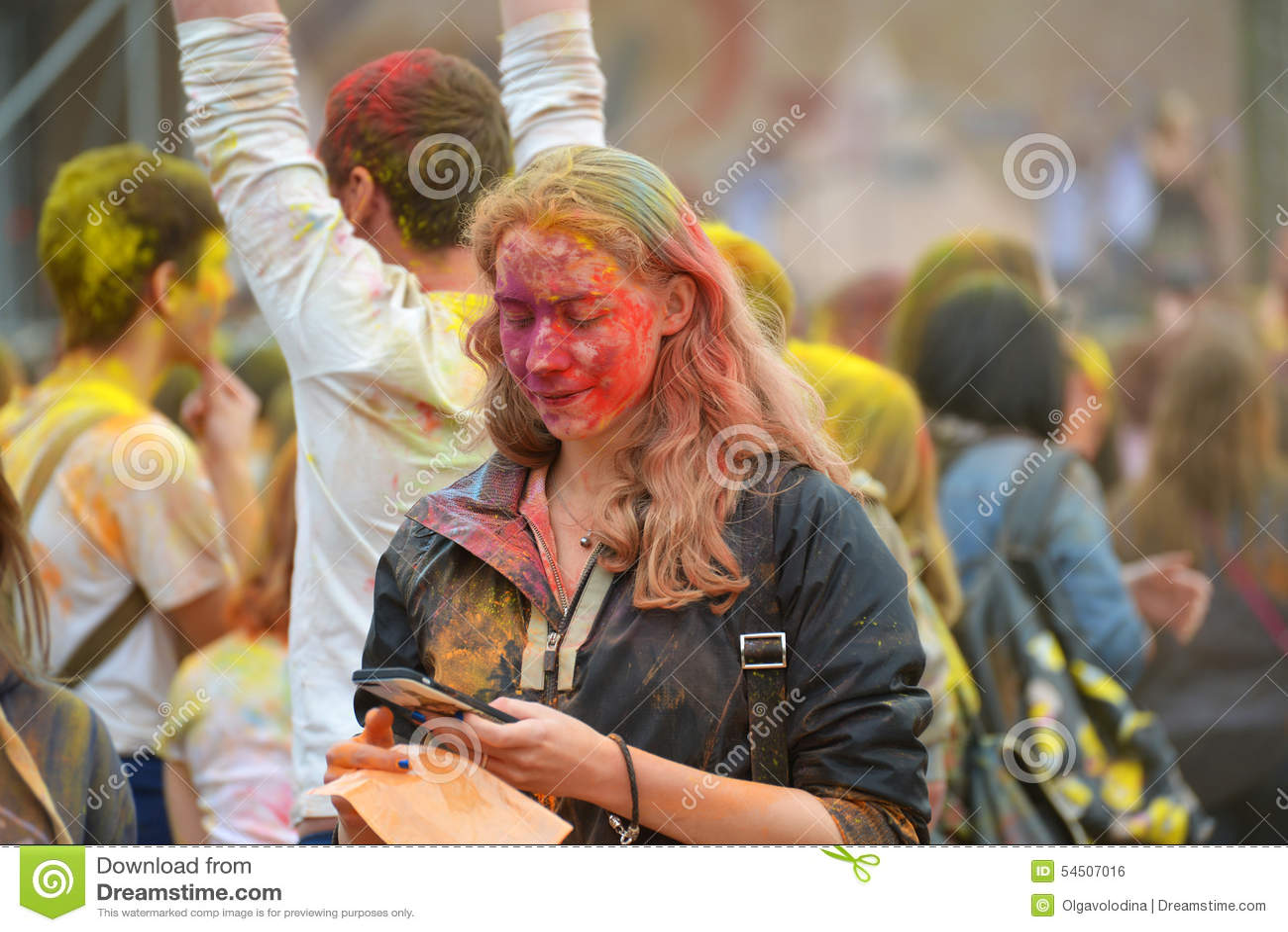 MOSCOU, RUSSIE - 23 MAI 2015 : Festival de couleurs Holi dans le stade de Luzhniki Les racines de ce fest sont dans l Inde, où el