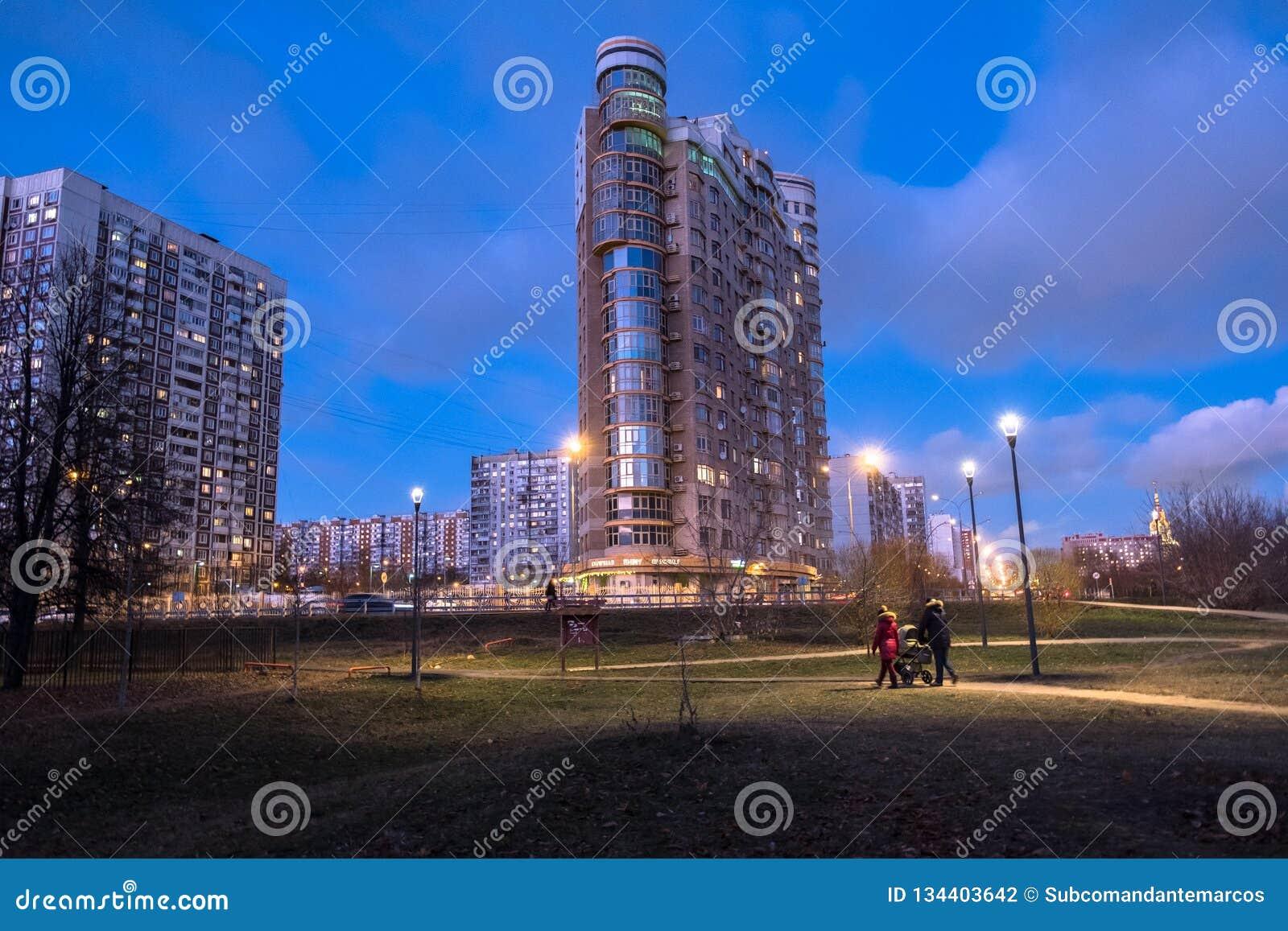 MOSCOU, RUSSIE, NOVEMBRE, 21 2018 : Même la vue d automne du secteur résidentiel confortable favorable à l environnement à Moscou