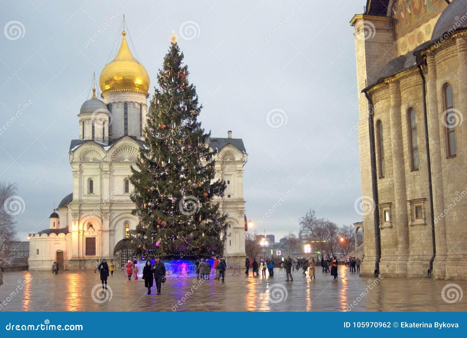 Moscovo Kremlin Catedral dos arcanjos e árvore de Natal Foto a cores