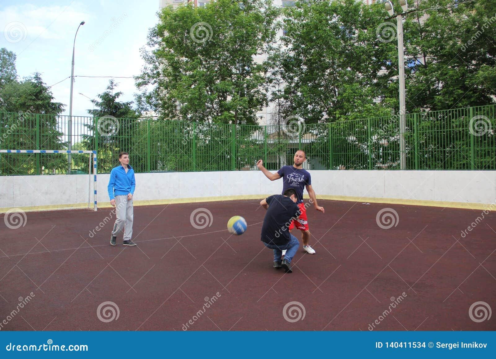 Moscovo, Rússia 5 de junho de 2015: jogo de voleibol na jarda