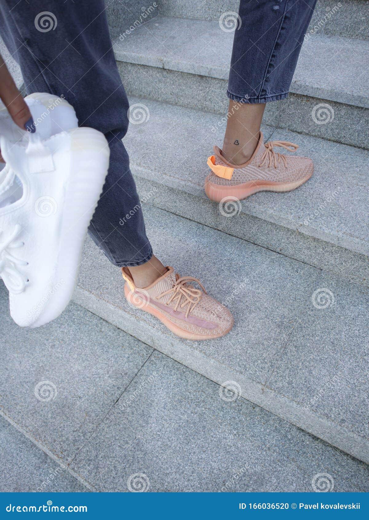 Cream Adidas Yeezy Boost 350 V2
